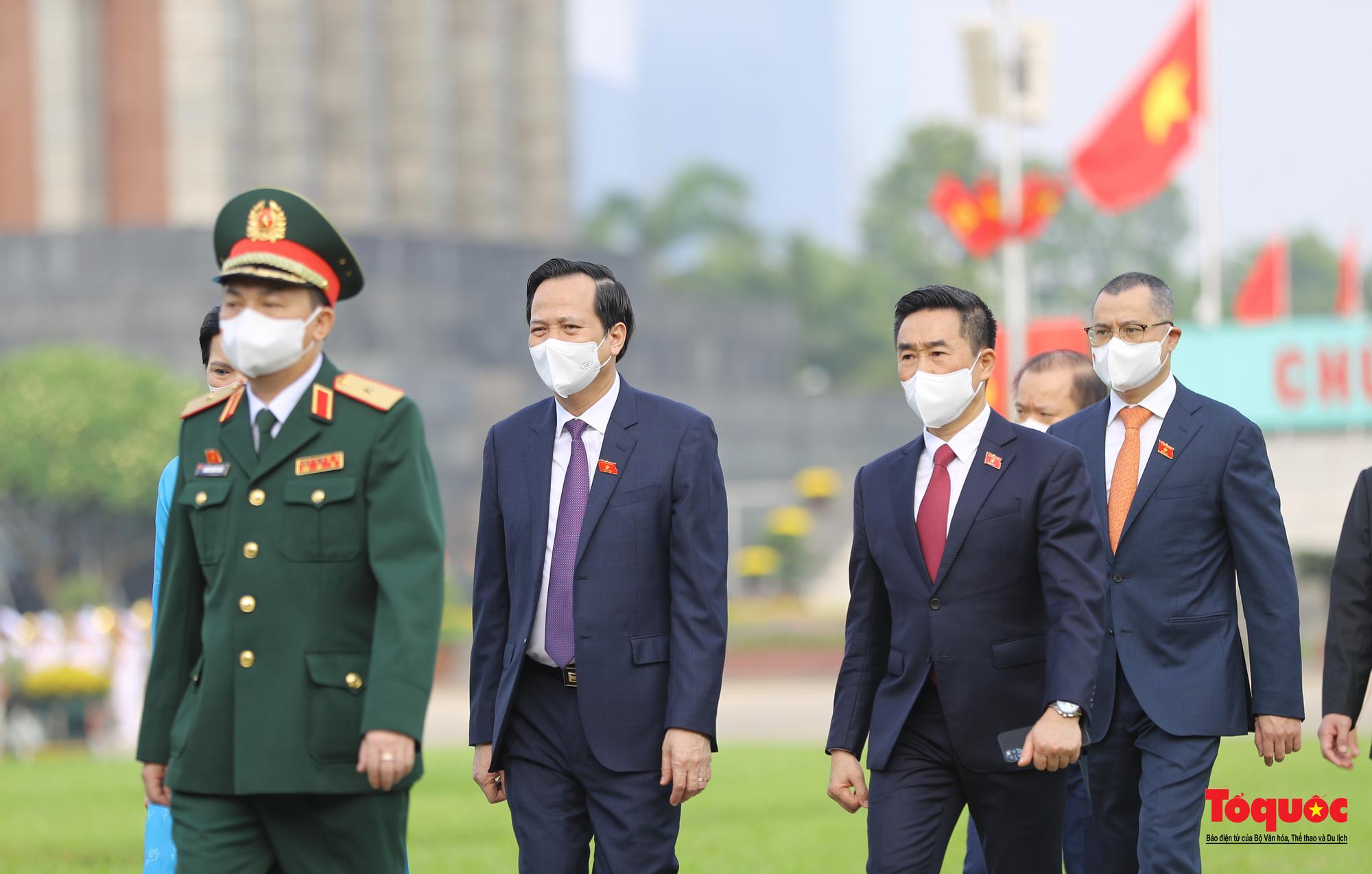 Lãnh đạo Đảng, Nhà nước và các đại biểu Quốc hội khóa XV vào Lăng viếng Chủ tịch Hồ Chí Minh - Ảnh 13.
