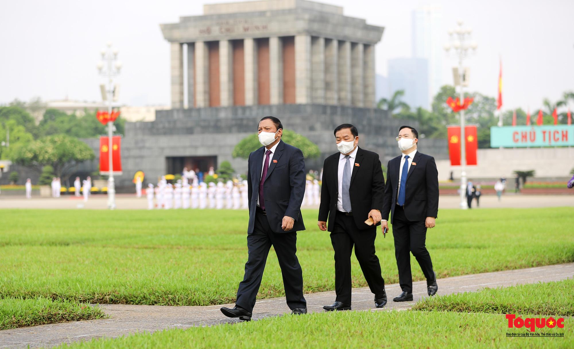 Lãnh đạo Đảng, Nhà nước và các đại biểu Quốc hội khóa XV vào Lăng viếng Chủ tịch Hồ Chí Minh - Ảnh 12.