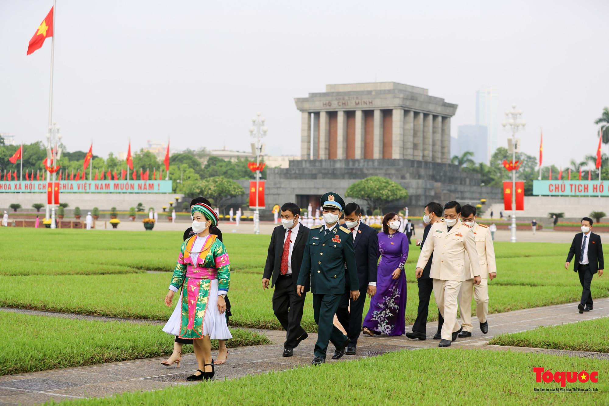 Lãnh đạo Đảng, Nhà nước và các đại biểu Quốc hội khóa XV vào Lăng viếng Chủ tịch Hồ Chí Minh - Ảnh 14.