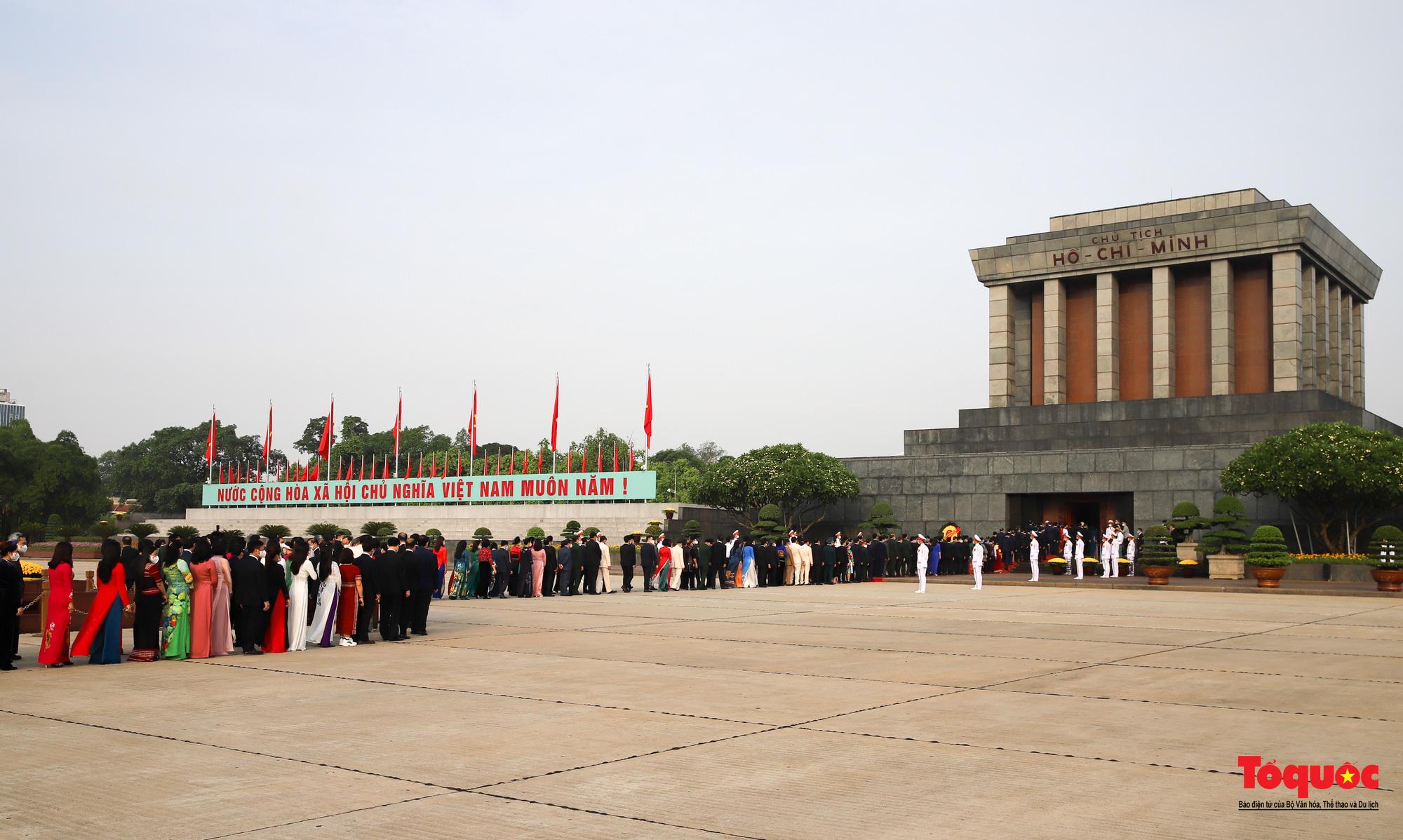 Lãnh đạo Đảng, Nhà nước và các đại biểu Quốc hội khóa XV vào Lăng viếng Chủ tịch Hồ Chí Minh - Ảnh 10.