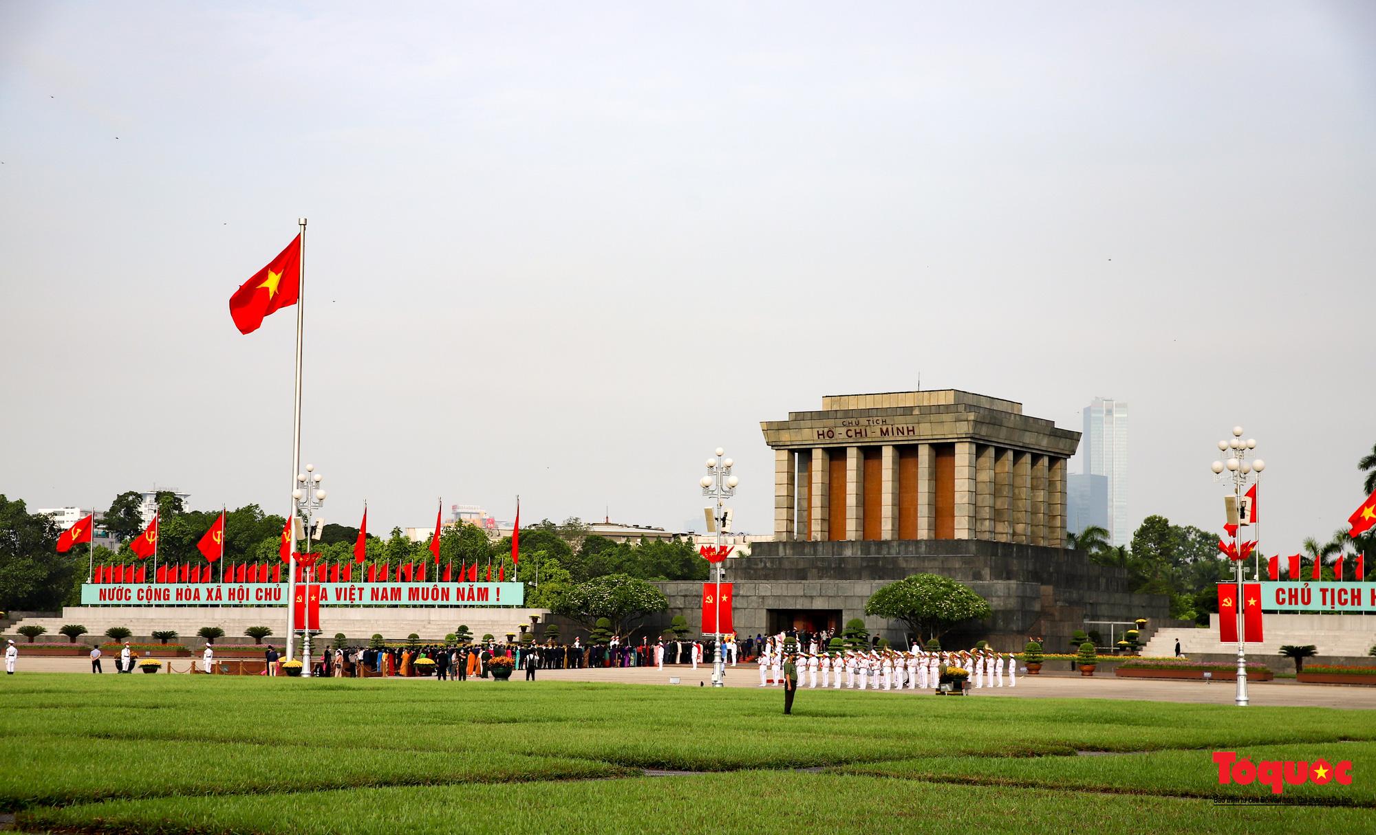 Lãnh đạo Đảng, Nhà nước và các đại biểu Quốc hội khóa XV vào Lăng viếng Chủ tịch Hồ Chí Minh - Ảnh 1.