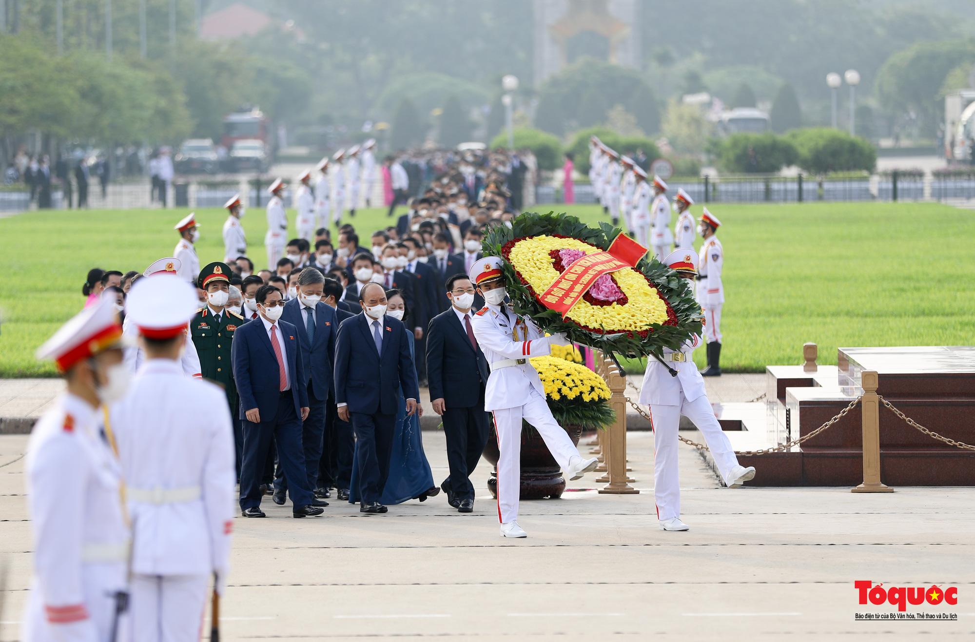 Lãnh đạo Đảng, Nhà nước và các đại biểu Quốc hội khóa XV vào Lăng viếng Chủ tịch Hồ Chí Minh - Ảnh 3.