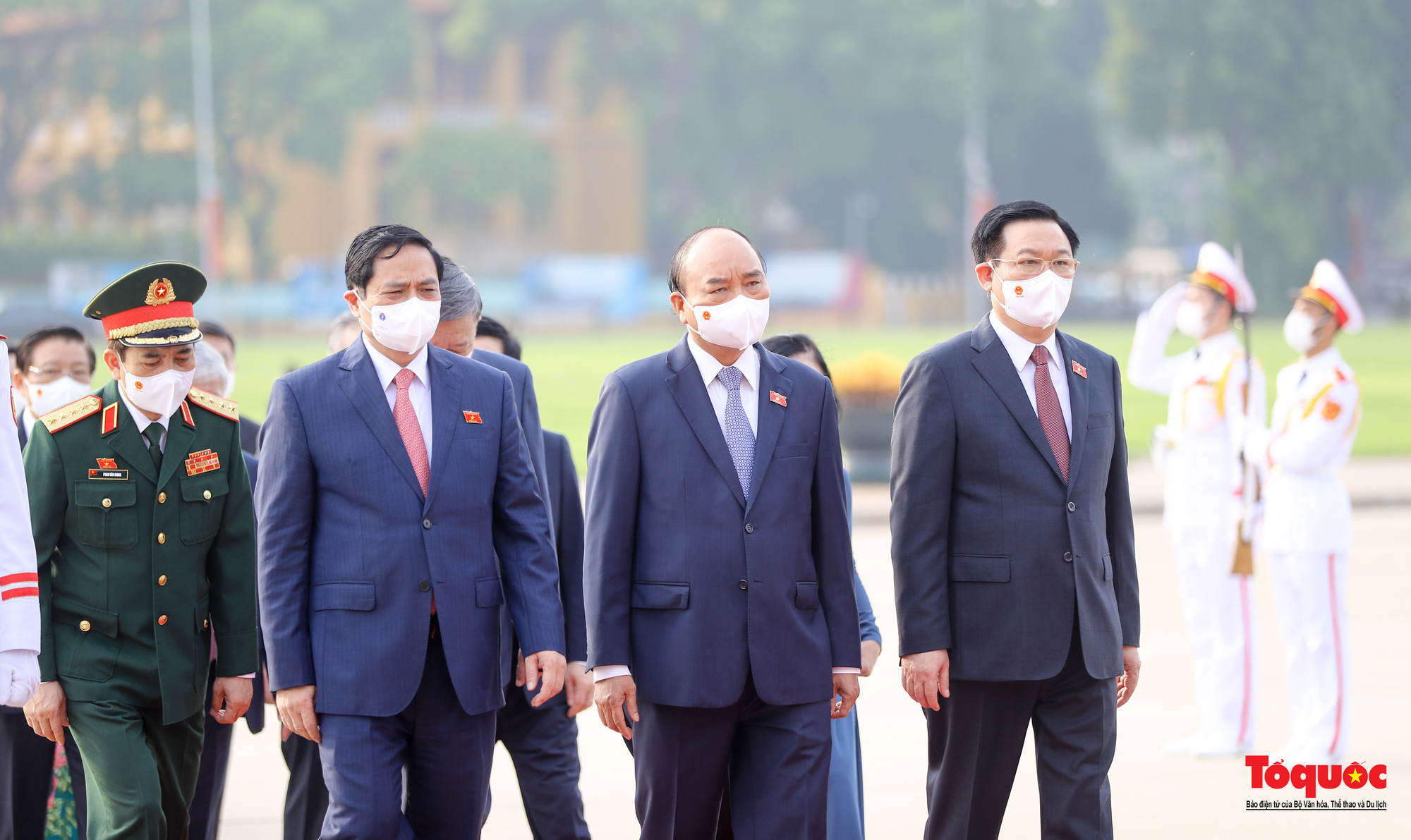 Lãnh đạo Đảng, Nhà nước và các đại biểu Quốc hội khóa XV vào Lăng viếng Chủ tịch Hồ Chí Minh - Ảnh 4.