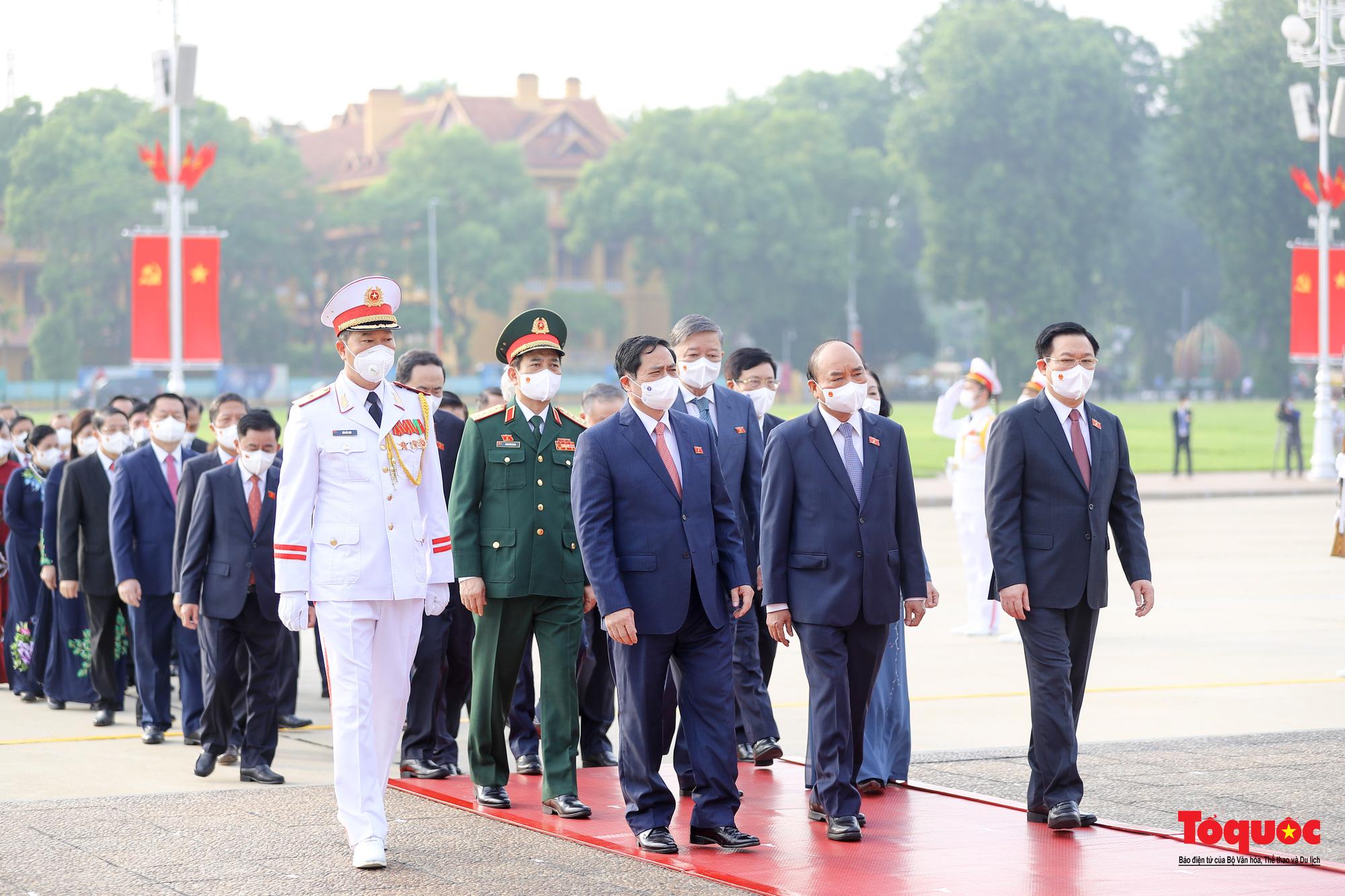 Lãnh đạo Đảng, Nhà nước và các đại biểu Quốc hội khóa XV vào Lăng viếng Chủ tịch Hồ Chí Minh - Ảnh 7.