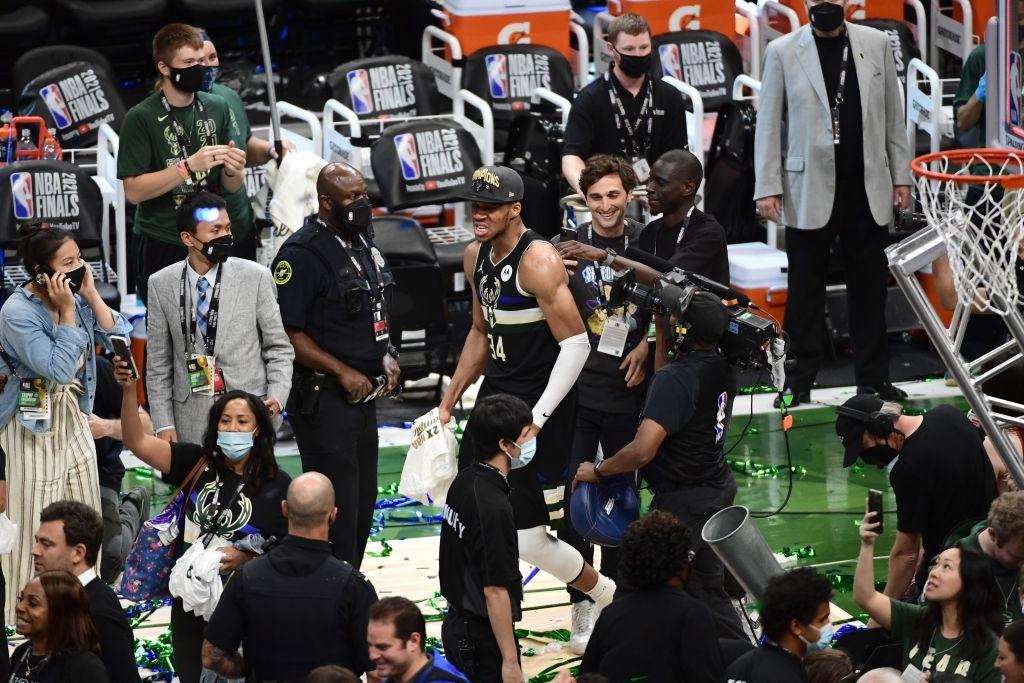 Giannis Antetokounmpo một tay đưa Milwaukee Bucks đến với chức vô địch NBA sau tròn 5 thập kỷ - Ảnh 3.