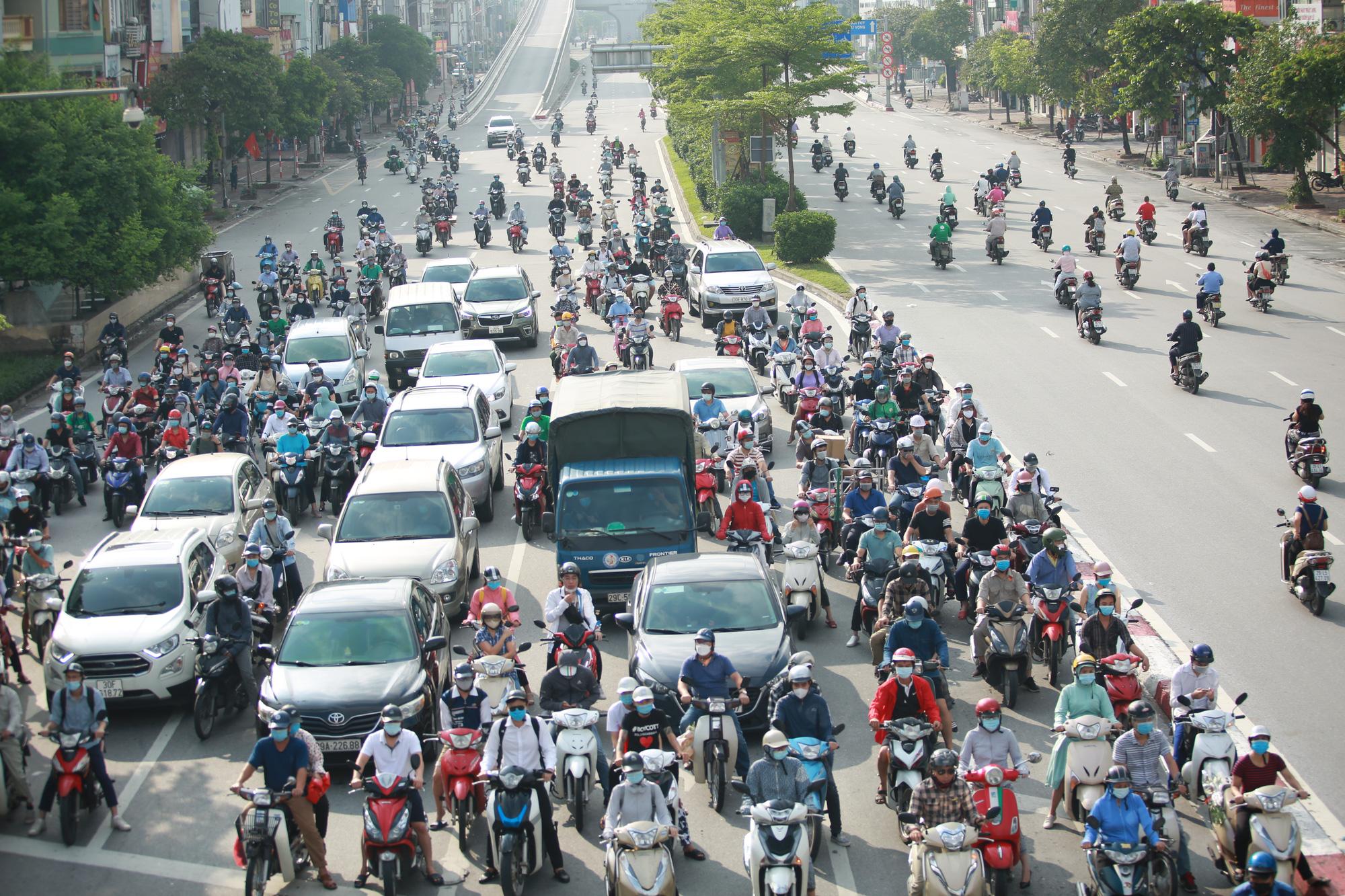 Đường phố Hà Nội vắng vẻ trong ngày đầu thực hiện giãn cách toàn xã hội - Ảnh 21.