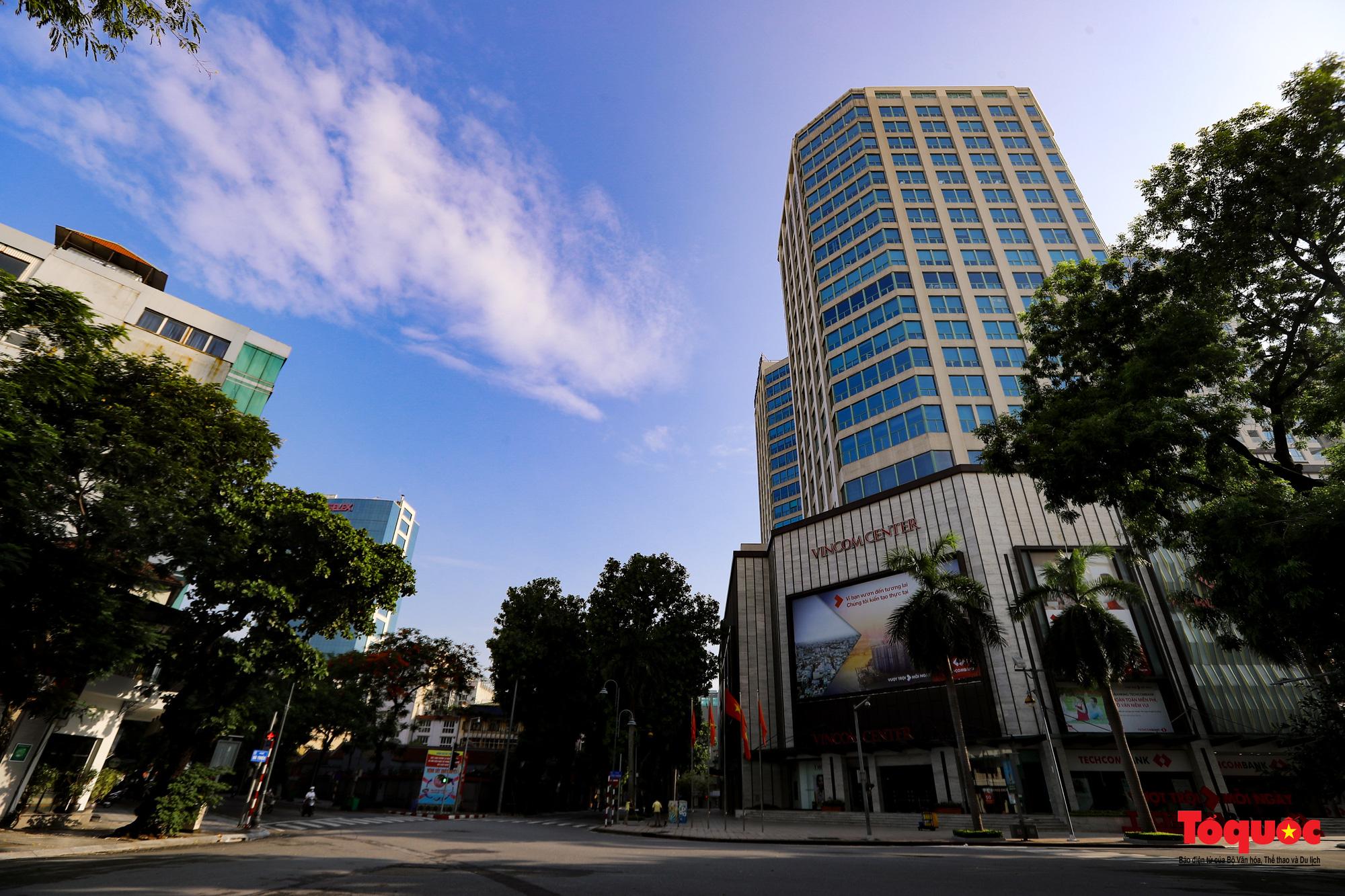 Đường phố Hà Nội vắng vẻ trong ngày đầu thực hiện giãn cách toàn xã hội - Ảnh 18.