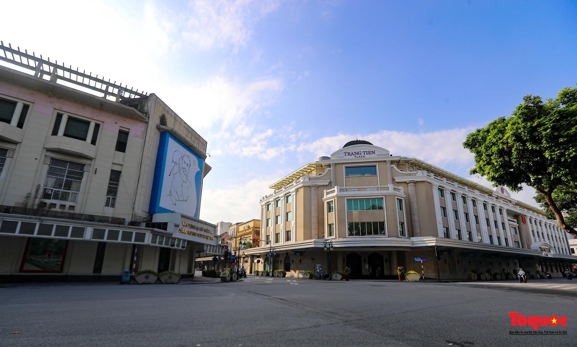 Đường phố Hà Nội vắng vẻ trong ngày đầu thực hiện giãn cách toàn xã hội - Ảnh 9.