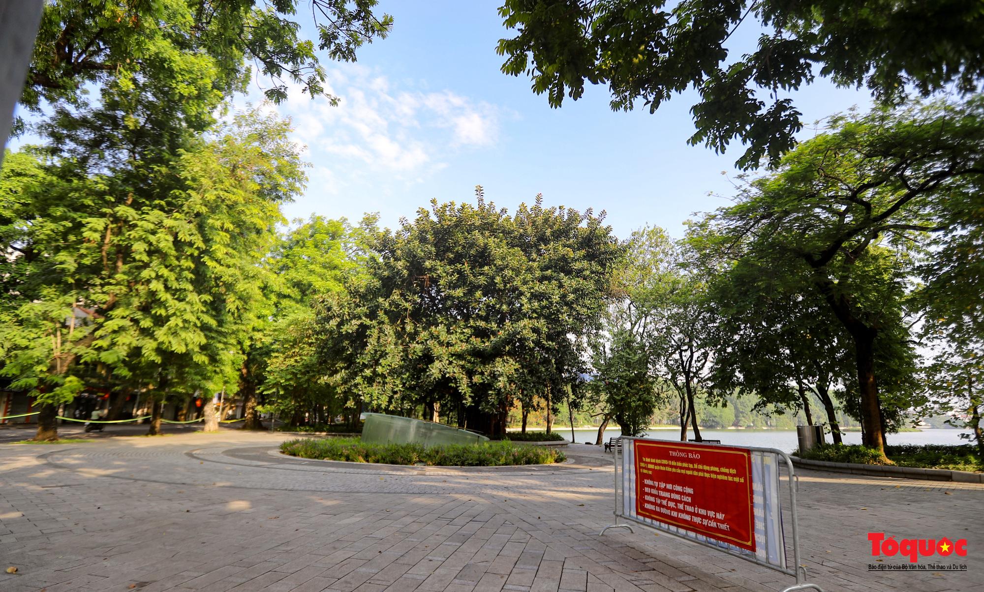 Đường phố Hà Nội vắng vẻ trong ngày đầu thực hiện giãn cách toàn xã hội - Ảnh 5.
