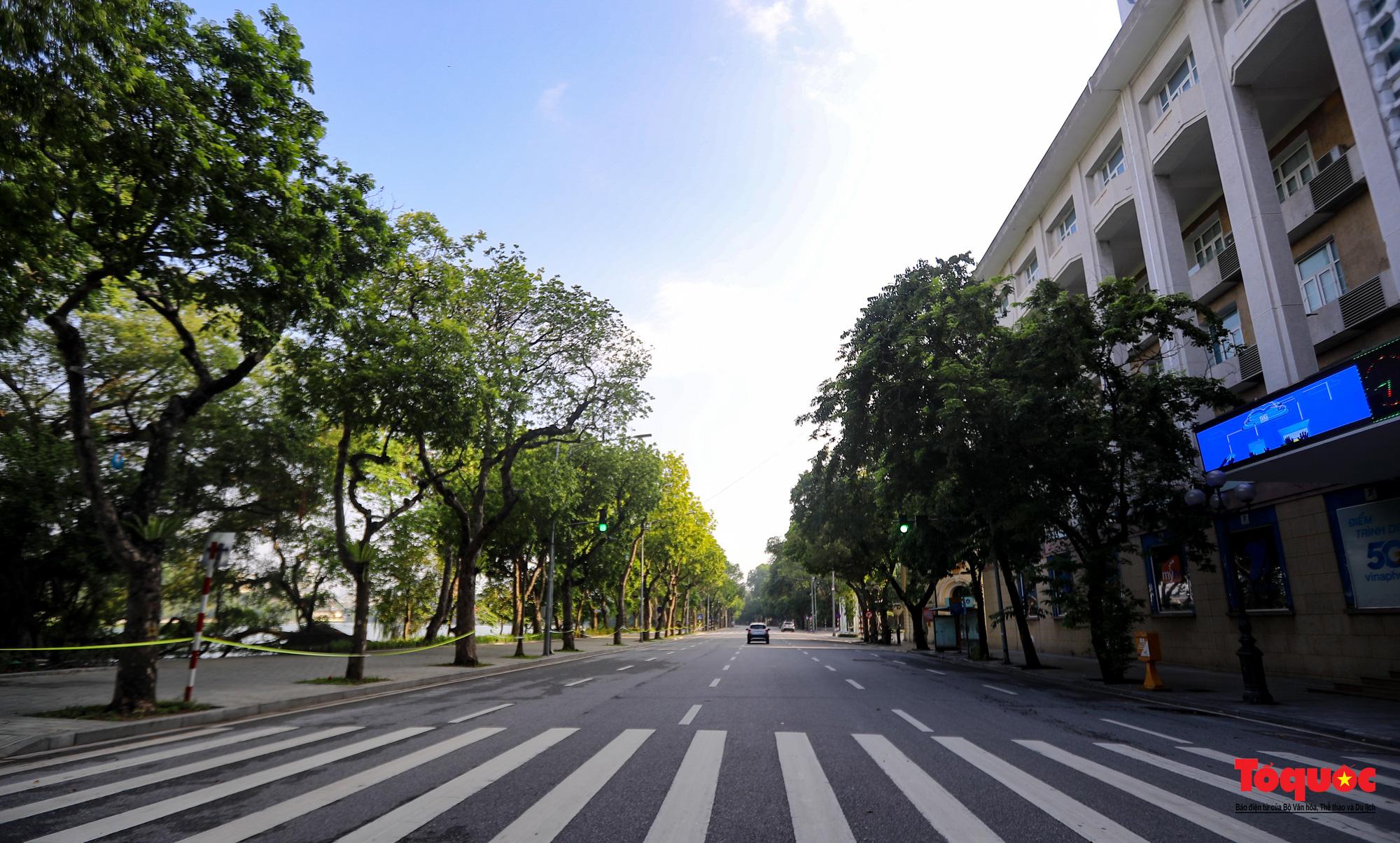 Đường phố Hà Nội vắng vẻ trong ngày đầu thực hiện giãn cách toàn xã hội - Ảnh 10.