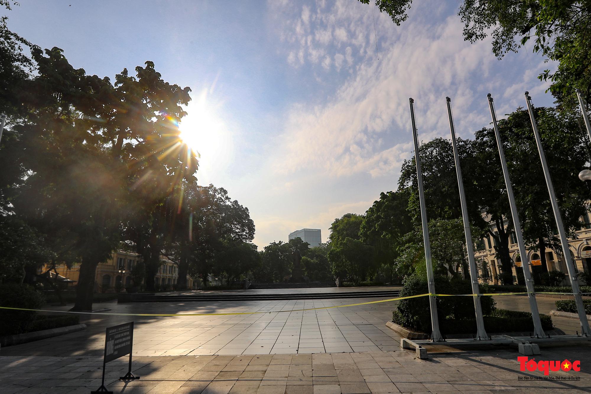 Đường phố Hà Nội vắng vẻ trong ngày đầu thực hiện giãn cách toàn xã hội - Ảnh 11.