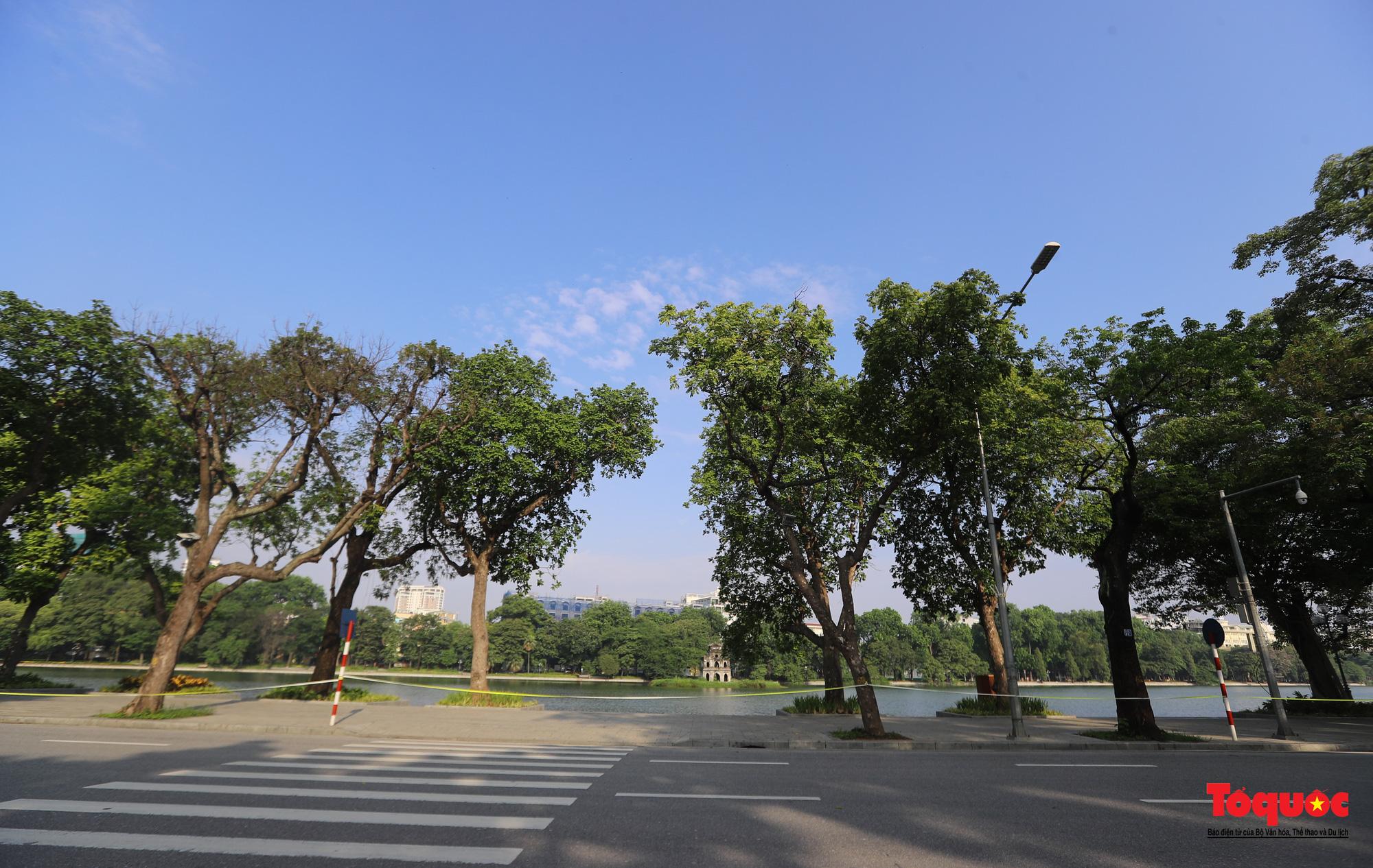Đường phố Hà Nội vắng vẻ trong ngày đầu thực hiện giãn cách toàn xã hội - Ảnh 8.