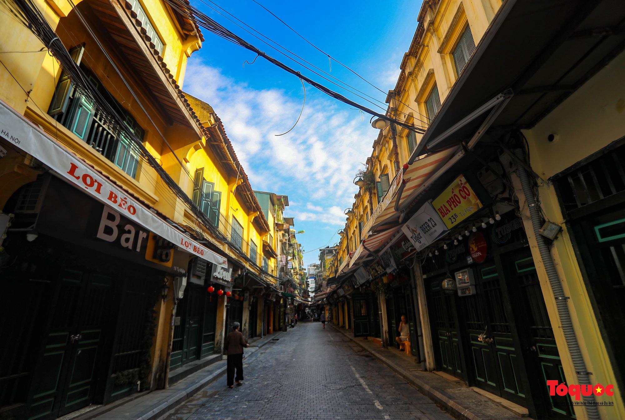 Đường phố Hà Nội vắng vẻ trong ngày đầu thực hiện giãn cách toàn xã hội - Ảnh 13.