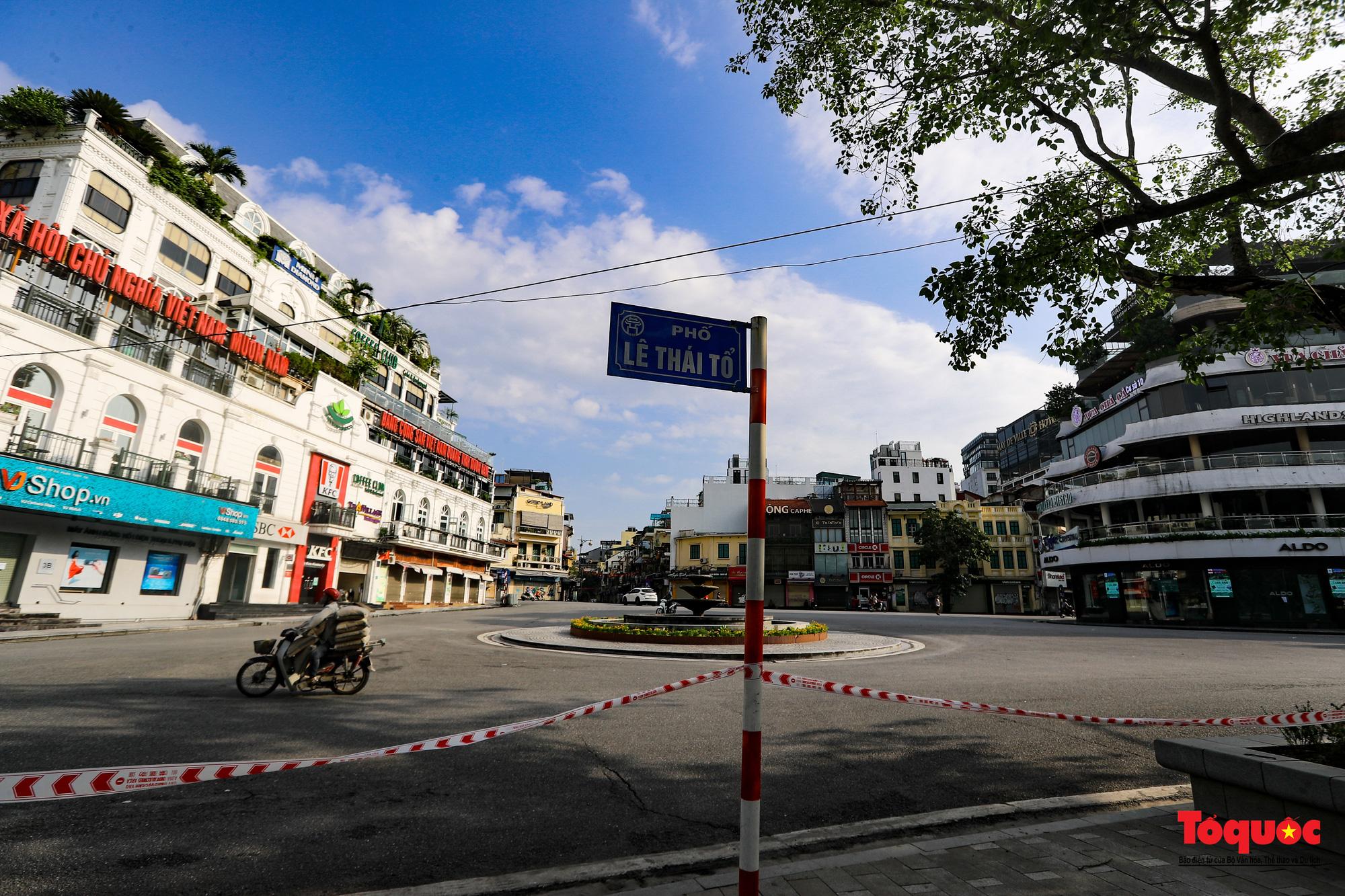 Đường phố Hà Nội vắng vẻ trong ngày đầu thực hiện giãn cách toàn xã hội - Ảnh 15.