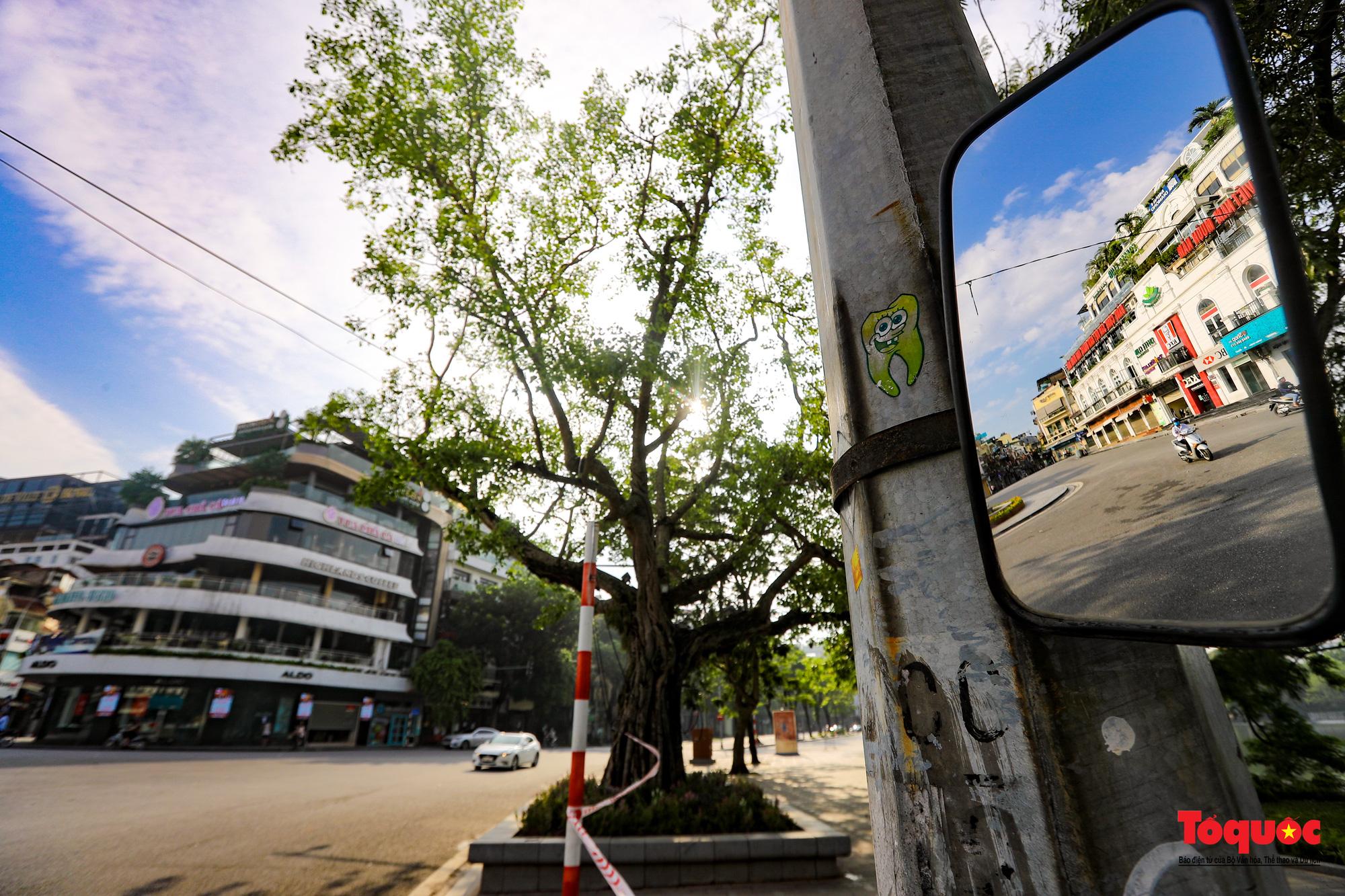 Đường phố Hà Nội vắng vẻ trong ngày đầu thực hiện giãn cách toàn xã hội - Ảnh 4.
