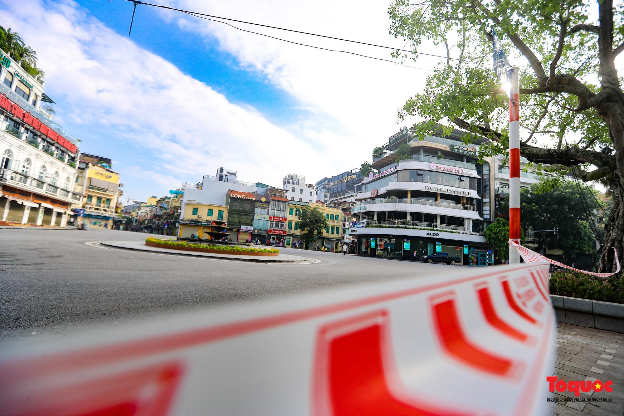 Đường phố Hà Nội vắng vẻ trong ngày đầu thực hiện giãn cách toàn xã hội - Ảnh 3.