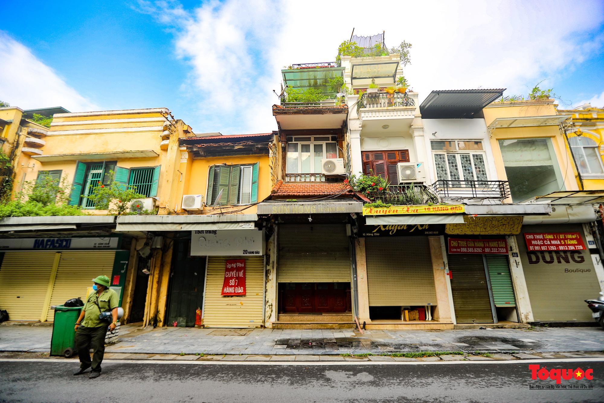 Đường phố Hà Nội vắng vẻ trong ngày đầu thực hiện giãn cách toàn xã hội - Ảnh 16.