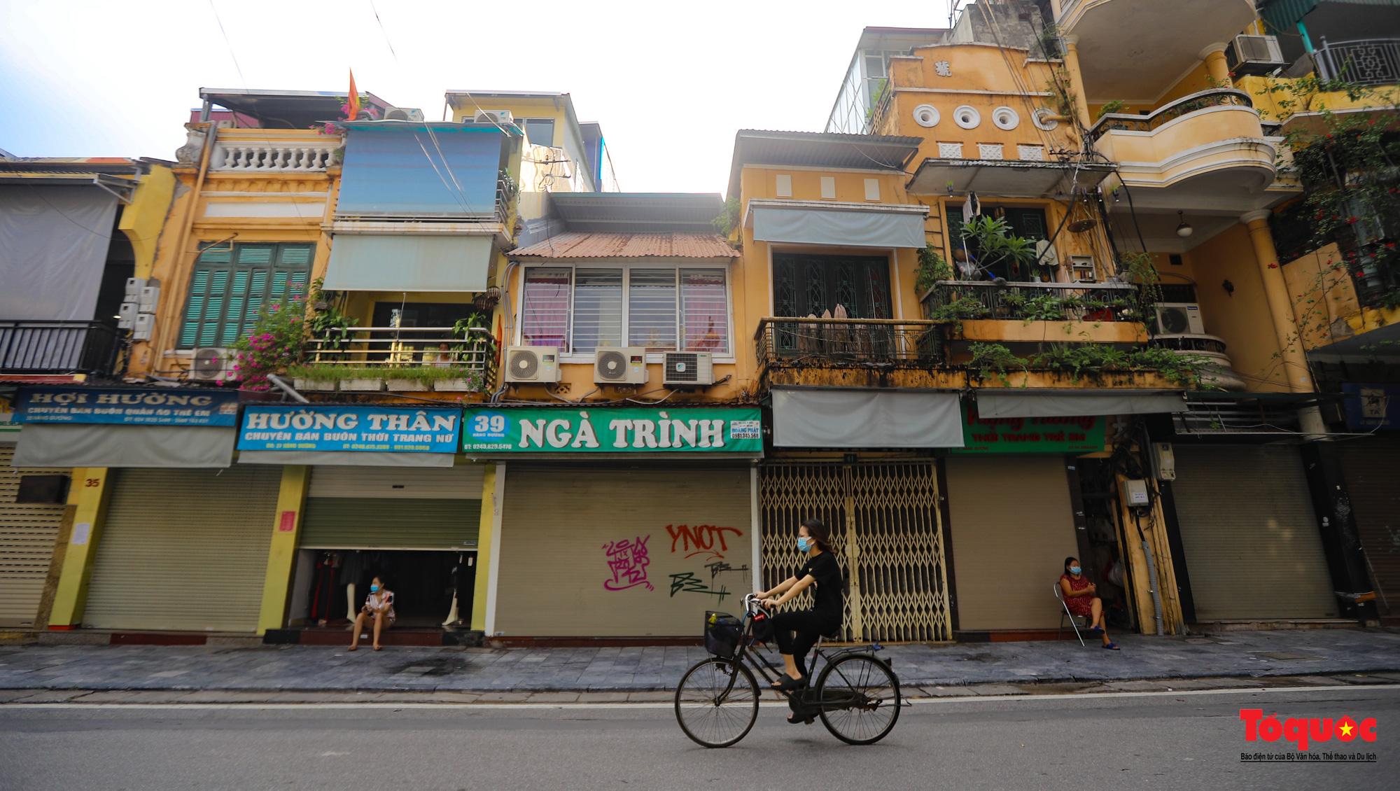 Đường phố Hà Nội vắng vẻ trong ngày đầu thực hiện giãn cách toàn xã hội - Ảnh 17.