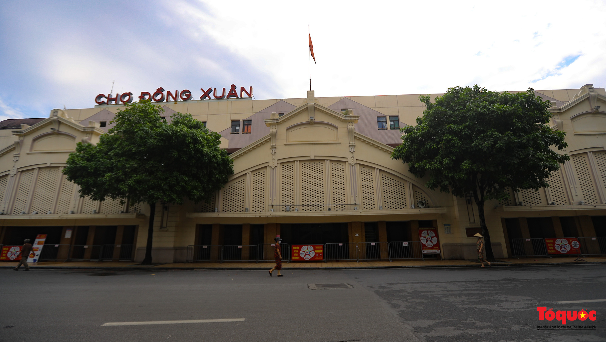 Đường phố Hà Nội vắng vẻ trong ngày đầu thực hiện giãn cách toàn xã hội - Ảnh 12.