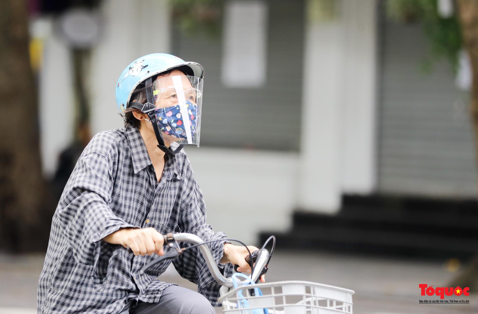 Đường phố Hà Nội vắng vẻ trong ngày đầu thực hiện giãn cách toàn xã hội - Ảnh 23.