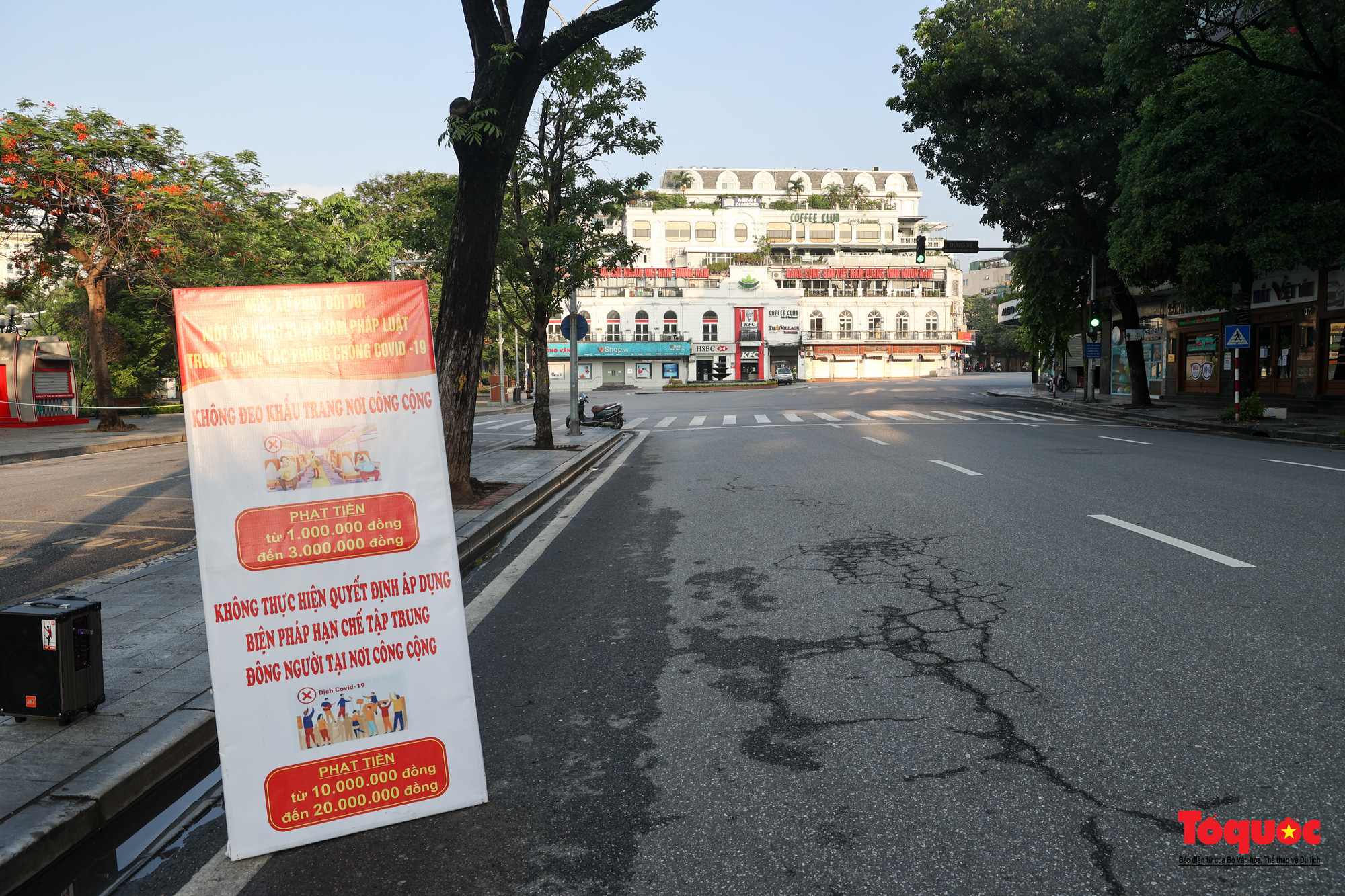 Đường phố Hà Nội vắng vẻ trong ngày đầu thực hiện giãn cách toàn xã hội - Ảnh 7.