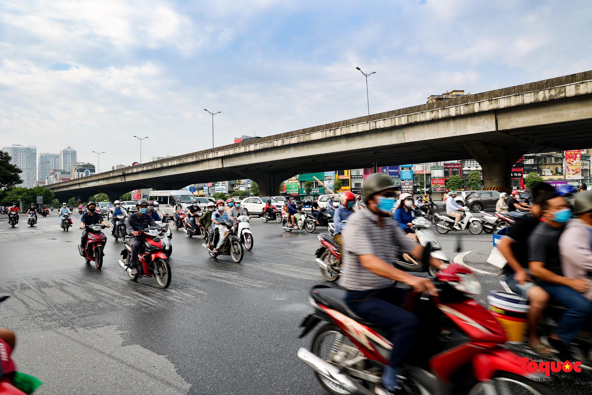 Đường phố Hà Nội vắng vẻ trong ngày đầu thực hiện giãn cách toàn xã hội - Ảnh 22.