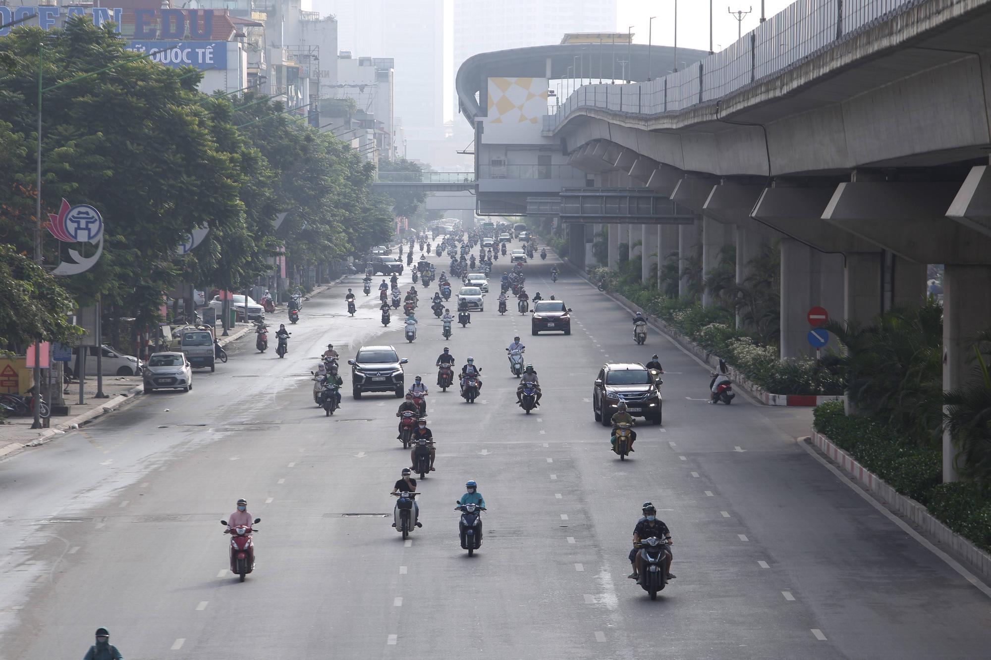 Đường phố Hà Nội vắng vẻ trong ngày đầu thực hiện giãn cách toàn xã hội - Ảnh 19.