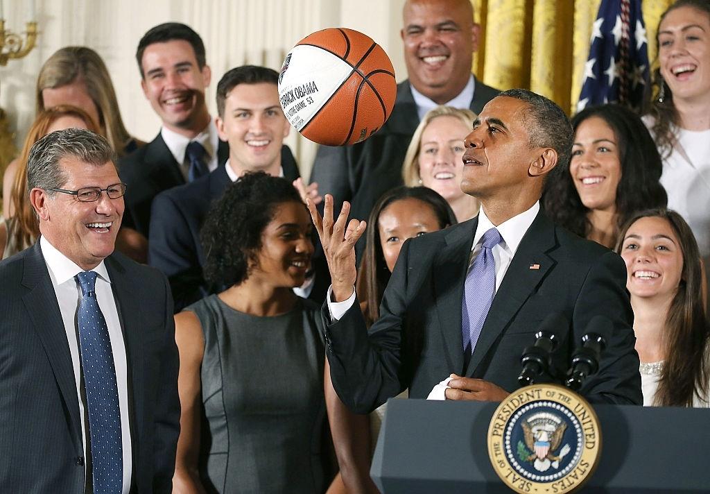 Cựu tổng thống Barack Obama dấn thân vào NBA - Ảnh 1.