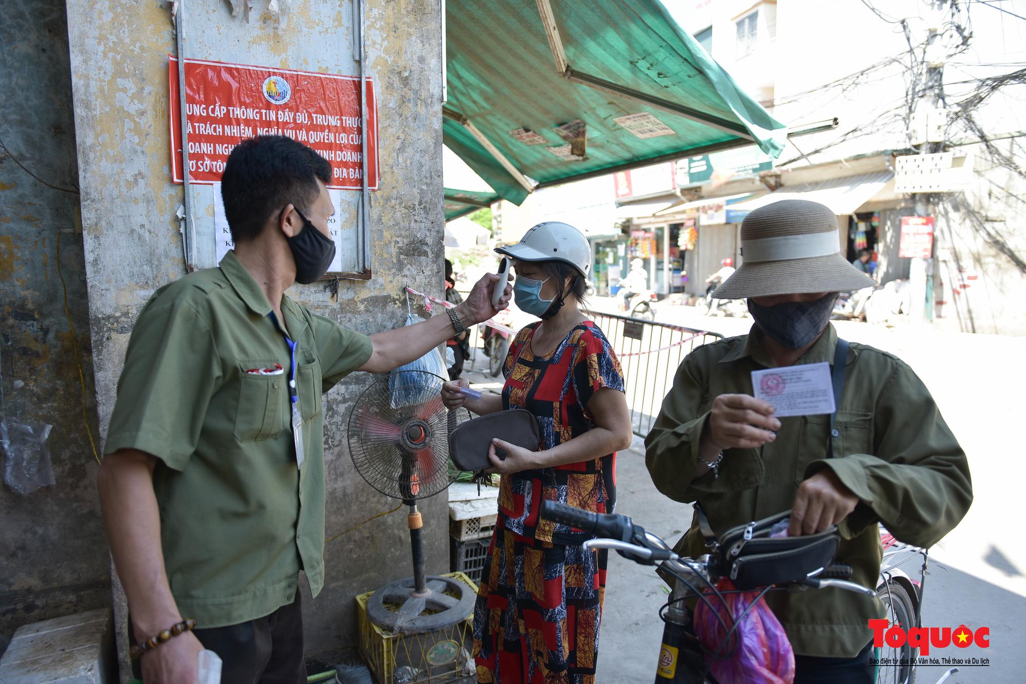 Hà Nội: Muôn kiểu đi chợ trong thời giãn cách xã hội ở thủ đô - Ảnh 14.