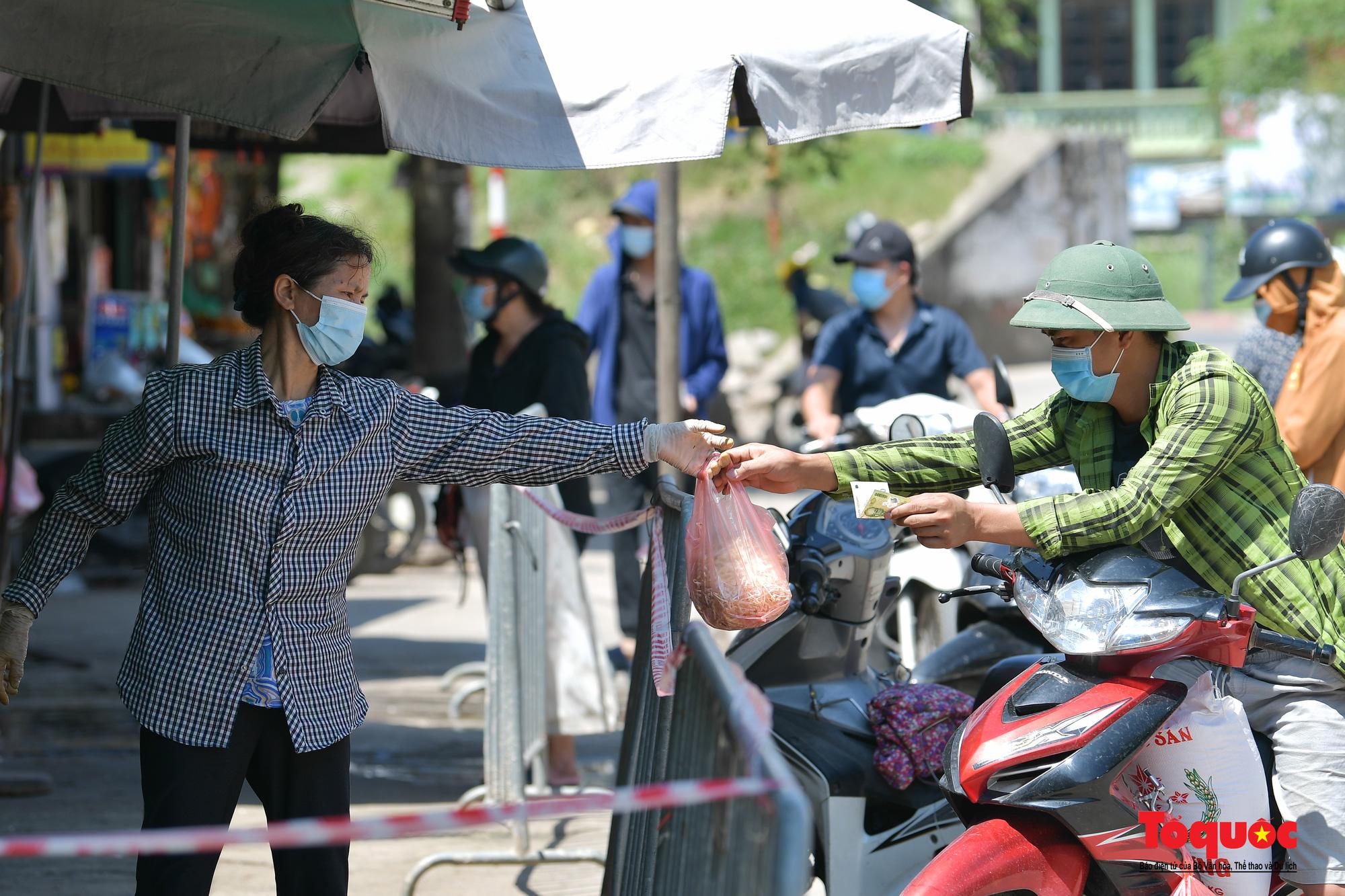 Hà Nội: Muôn kiểu đi chợ trong thời giãn cách xã hội ở thủ đô - Ảnh 19.