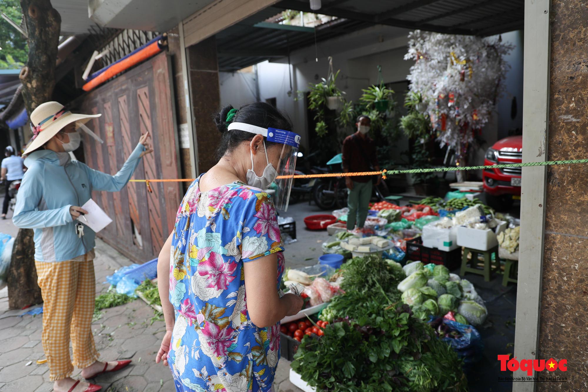 Hà Nội: Muôn kiểu đi chợ trong thời giãn cách xã hội ở thủ đô - Ảnh 18.
