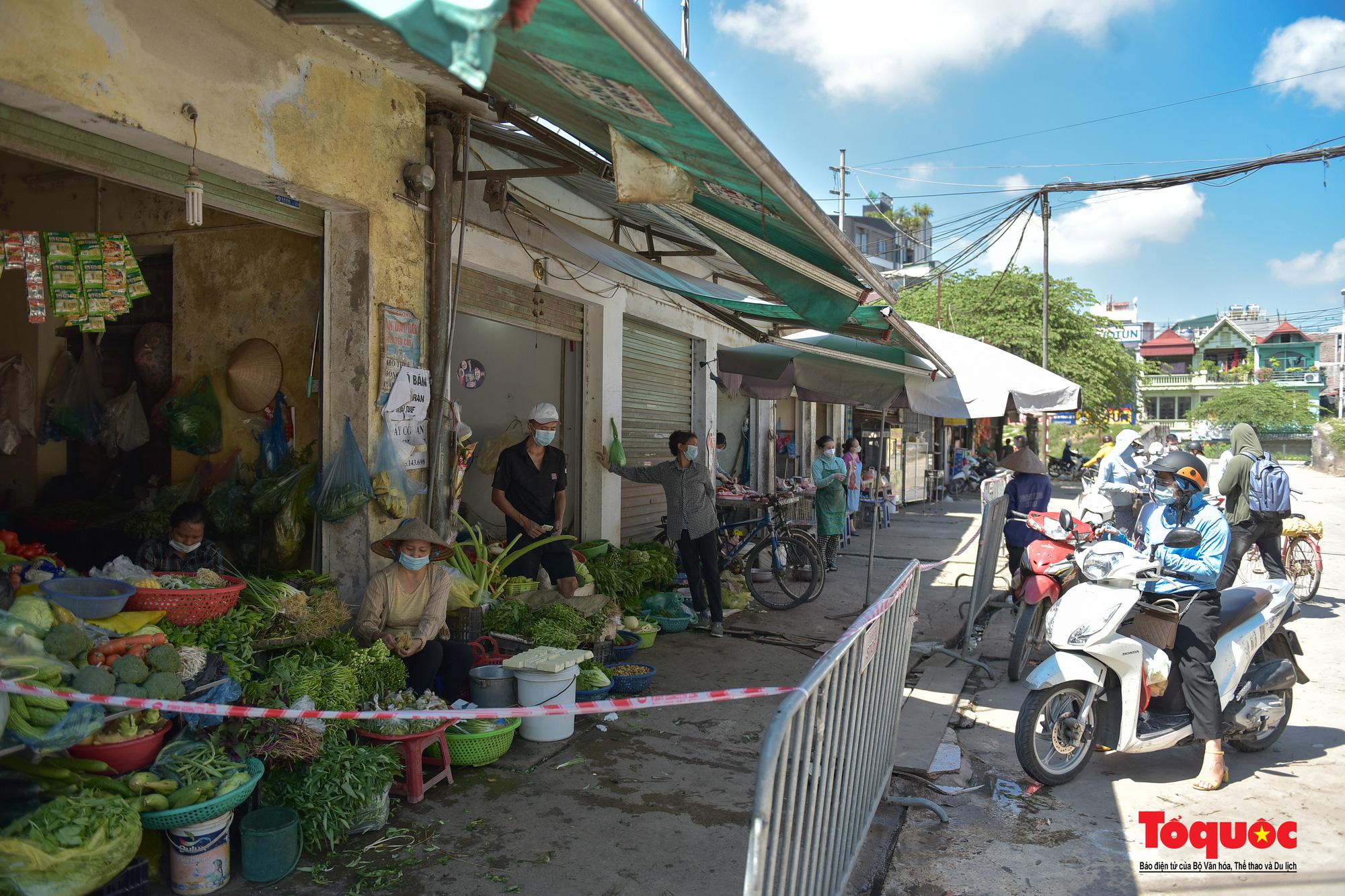 Hà Nội: Muôn kiểu đi chợ trong thời giãn cách xã hội ở thủ đô - Ảnh 21.