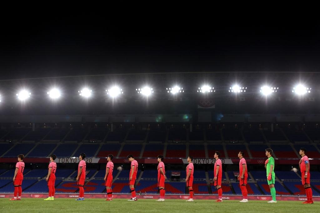 Olympic Hàn Quốc thảm bại 3-6, rơi nước mắt chia tay Thế vận hội Tokyo - Ảnh 1.