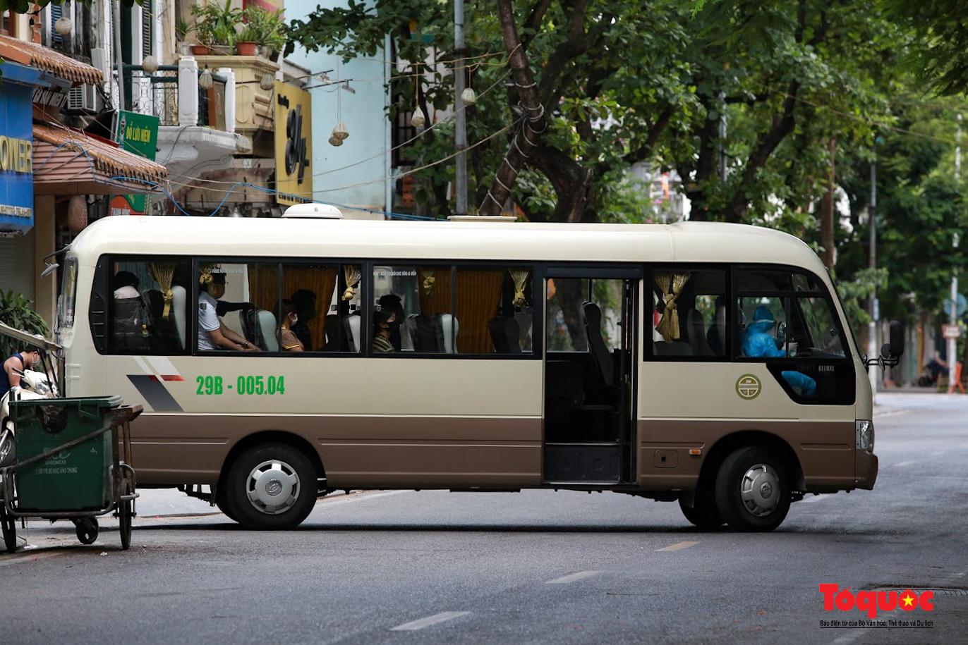 Hà Nội: Phong tỏa 2 phường Văn Miếu, Văn Chương, người dân xếp hàng tiếp tế cho khu cách ly - Ảnh 4.