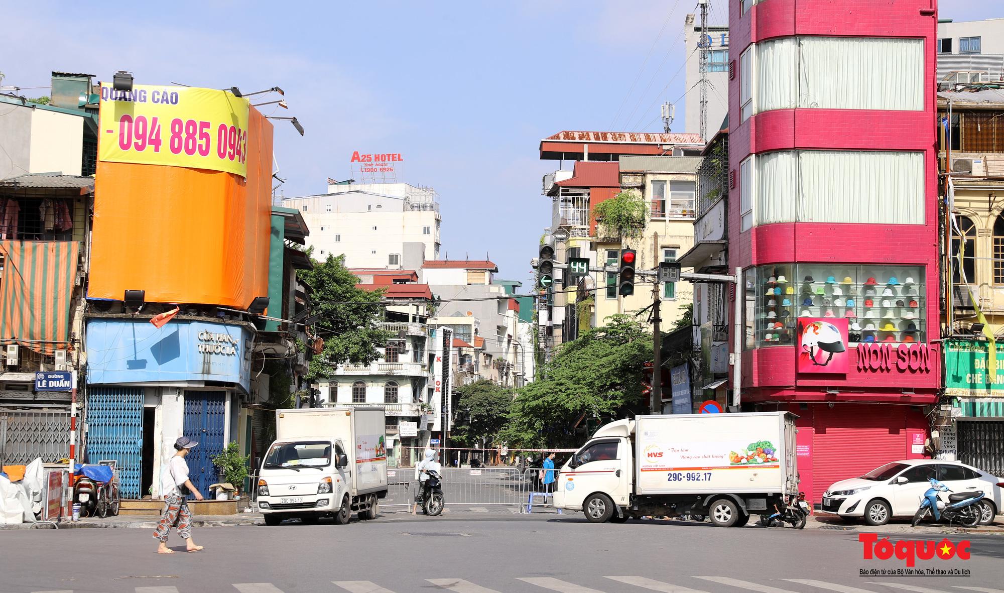 Hà Nội: Phong tỏa 2 phường Văn Miếu, Văn Chương, người dân xếp hàng tiếp tế cho khu cách ly - Ảnh 10.