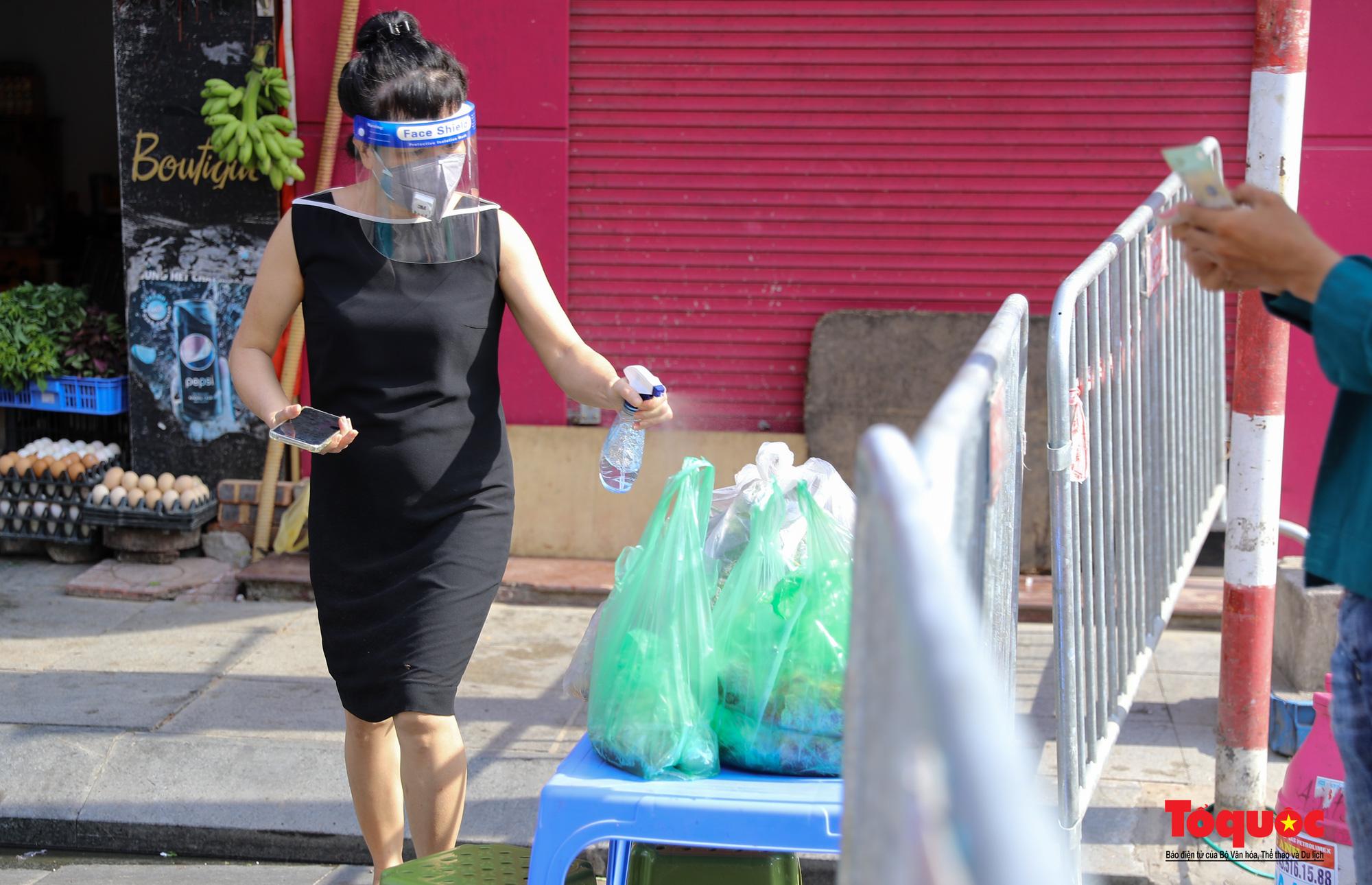 Hà Nội: Phong tỏa 2 phường Văn Miếu, Văn Chương, người dân xếp hàng tiếp tế cho khu cách ly - Ảnh 12.