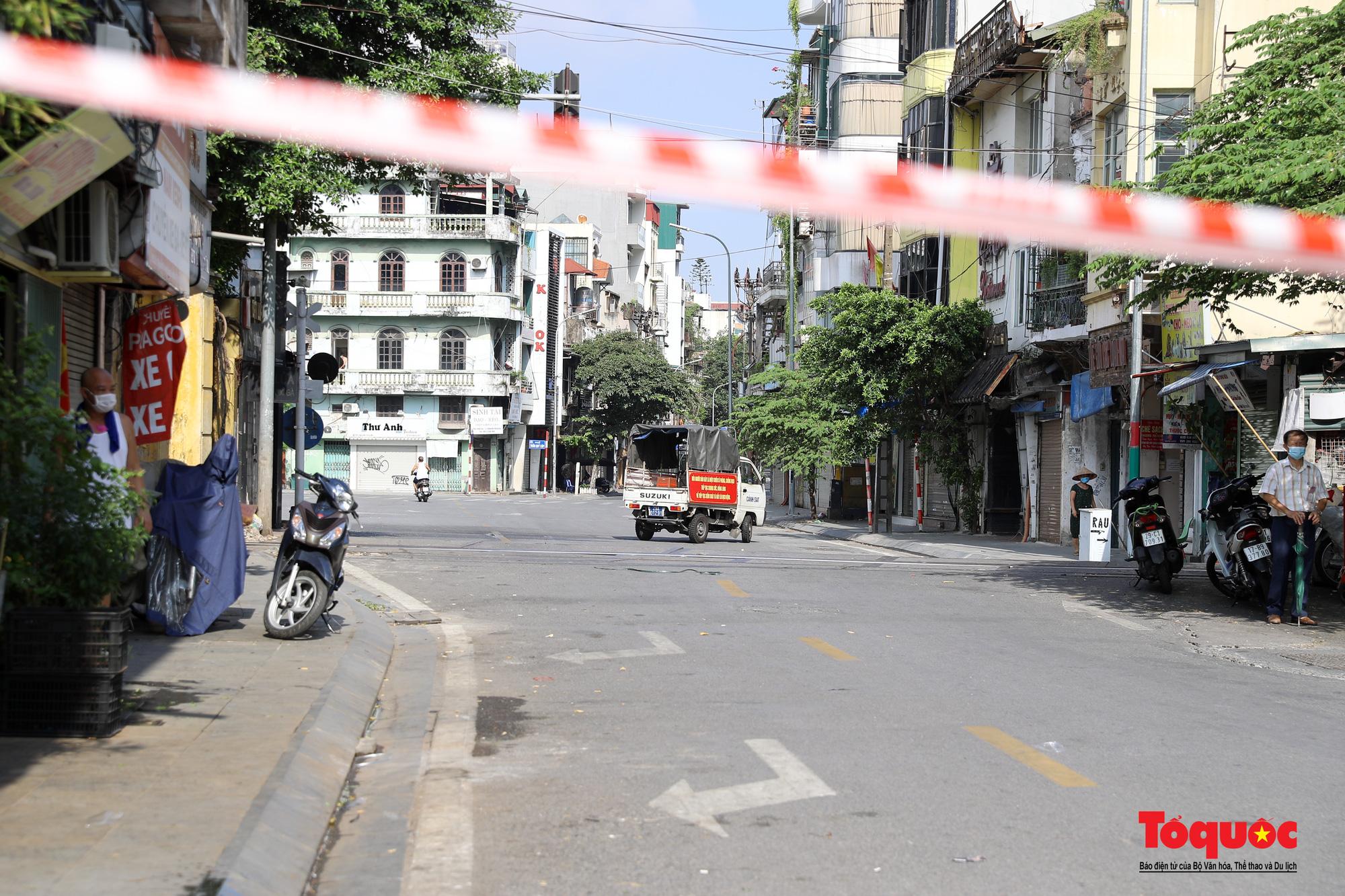 Hà Nội: Phong tỏa 2 phường Văn Miếu, Văn Chương, người dân xếp hàng tiếp tế cho khu cách ly - Ảnh 11.