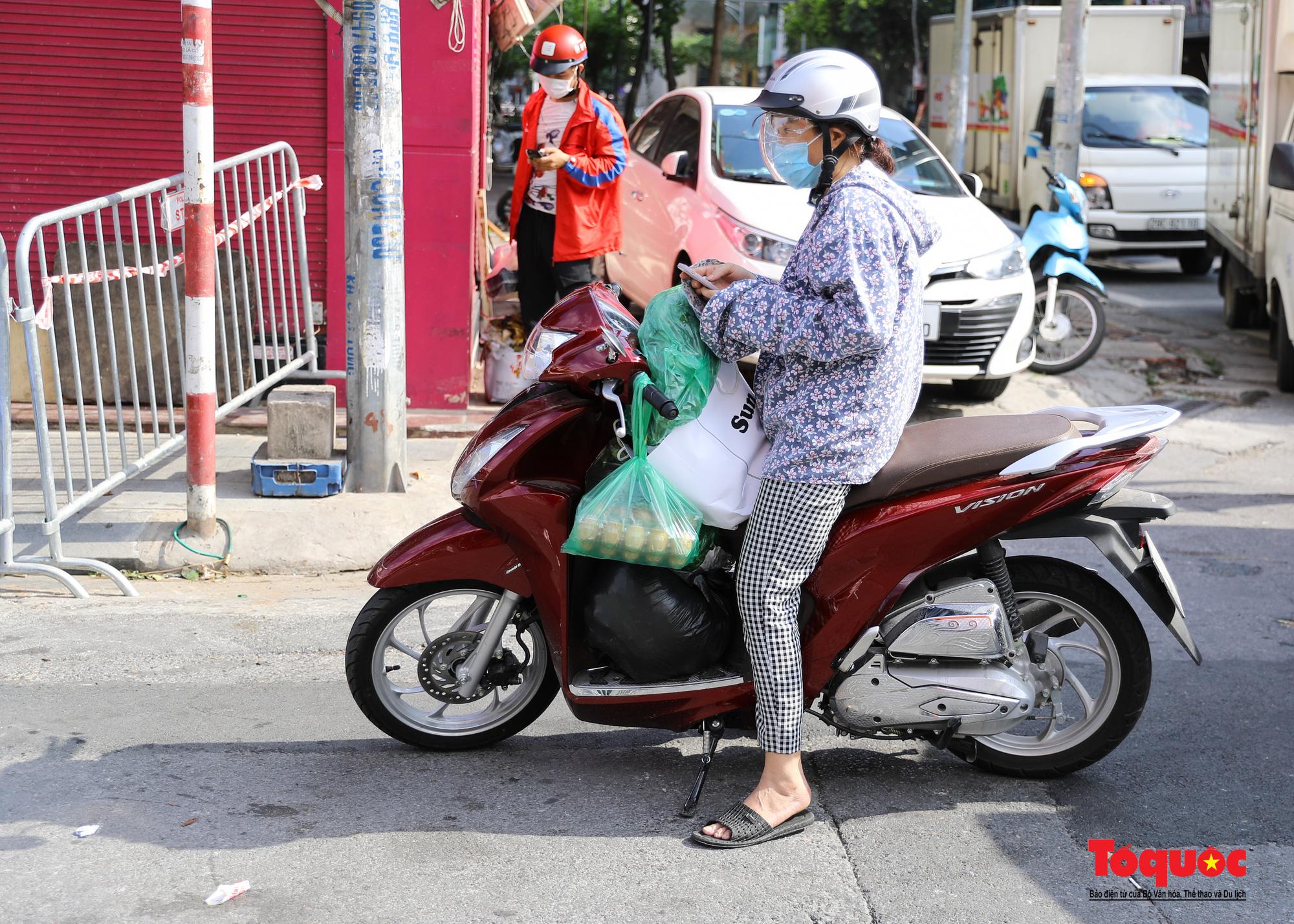 Hà Nội: Phong tỏa 2 phường Văn Miếu, Văn Chương, người dân xếp hàng tiếp tế cho khu cách ly - Ảnh 13.