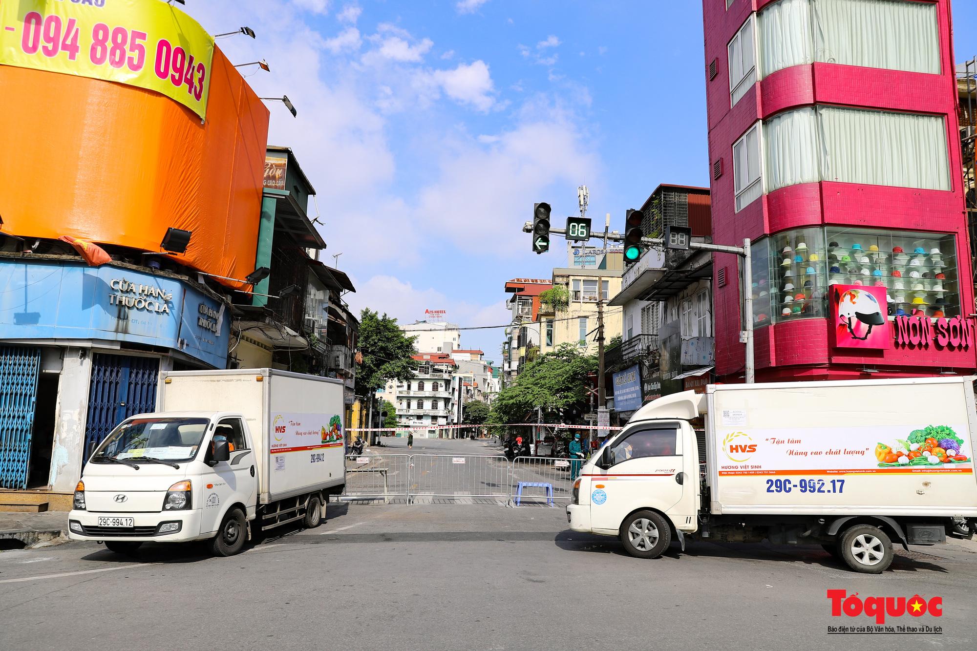 Hà Nội: Phong tỏa 2 phường Văn Miếu, Văn Chương, người dân xếp hàng tiếp tế cho khu cách ly - Ảnh 14.