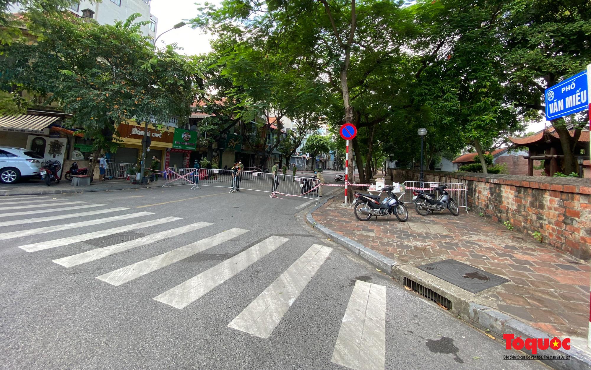 Hà Nội: Phong tỏa 2 phường Văn Miếu, Văn Chương, người dân xếp hàng tiếp tế cho khu cách ly - Ảnh 1.