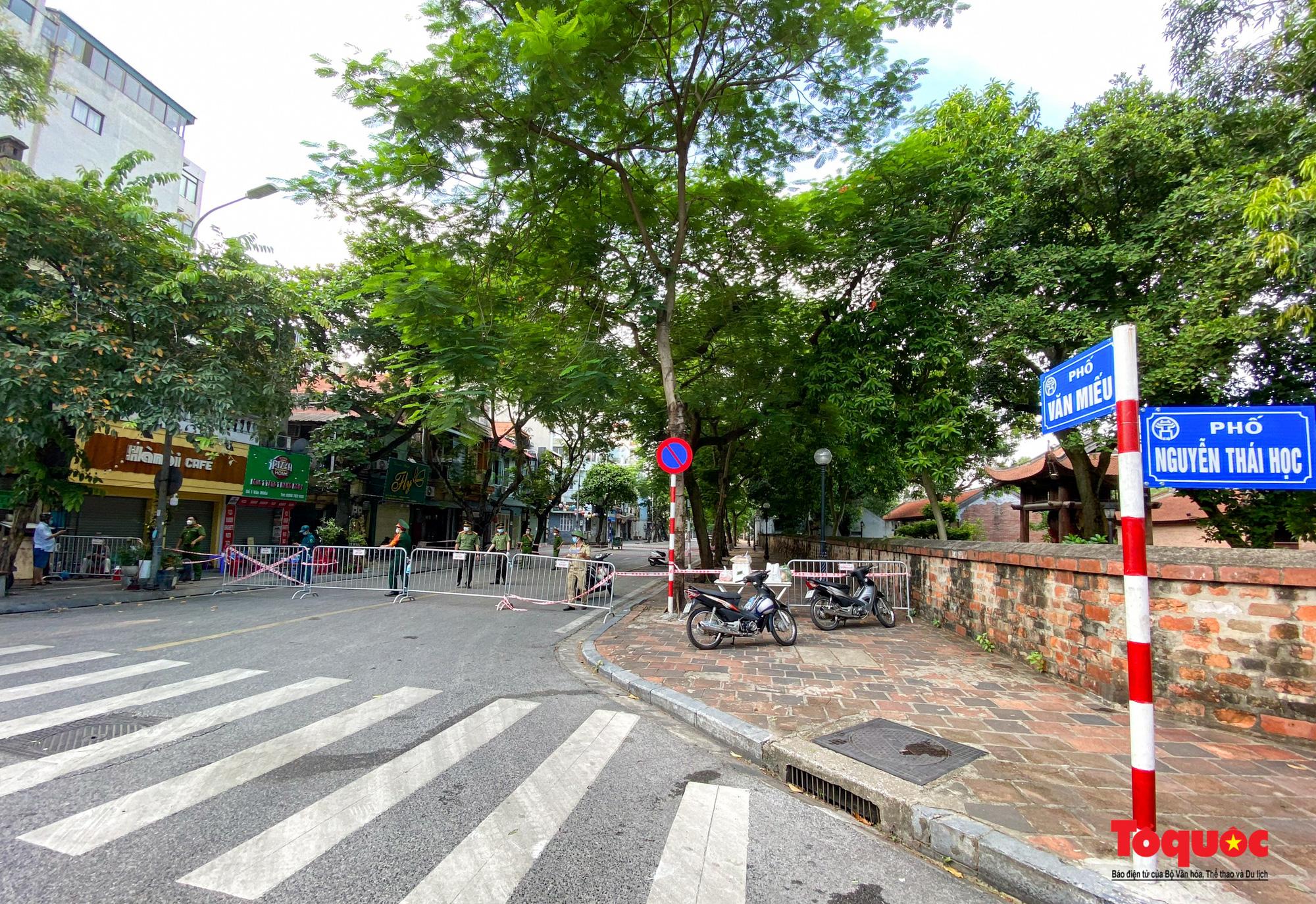 Hà Nội: Phong tỏa 2 phường Văn Miếu, Văn Chương, người dân xếp hàng tiếp tế cho khu cách ly - Ảnh 16.
