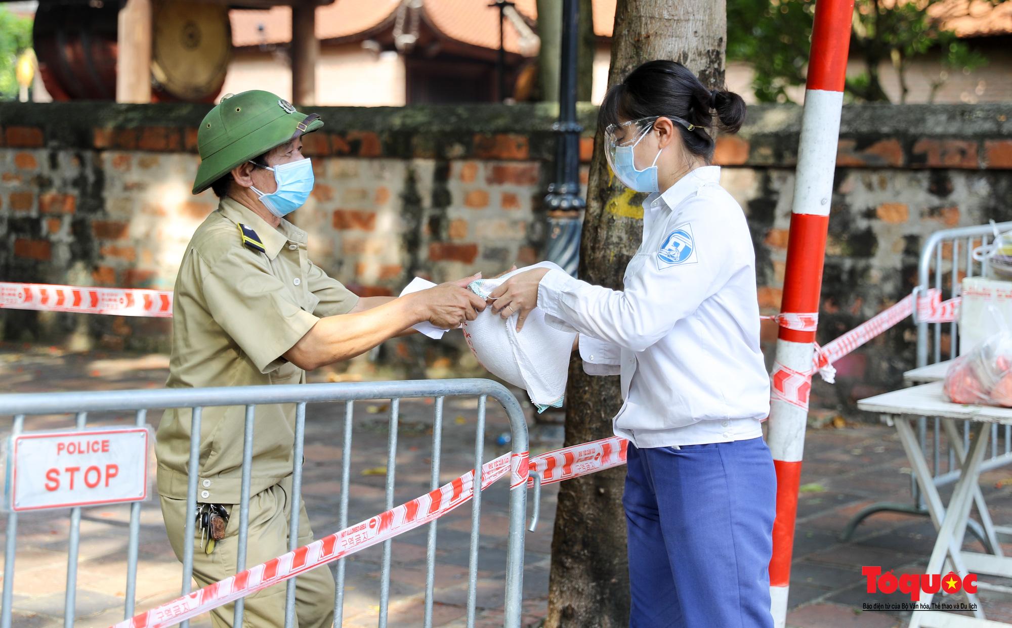 Hà Nội: Phong tỏa 2 phường Văn Miếu, Văn Chương, người dân xếp hàng tiếp tế cho khu cách ly - Ảnh 5.