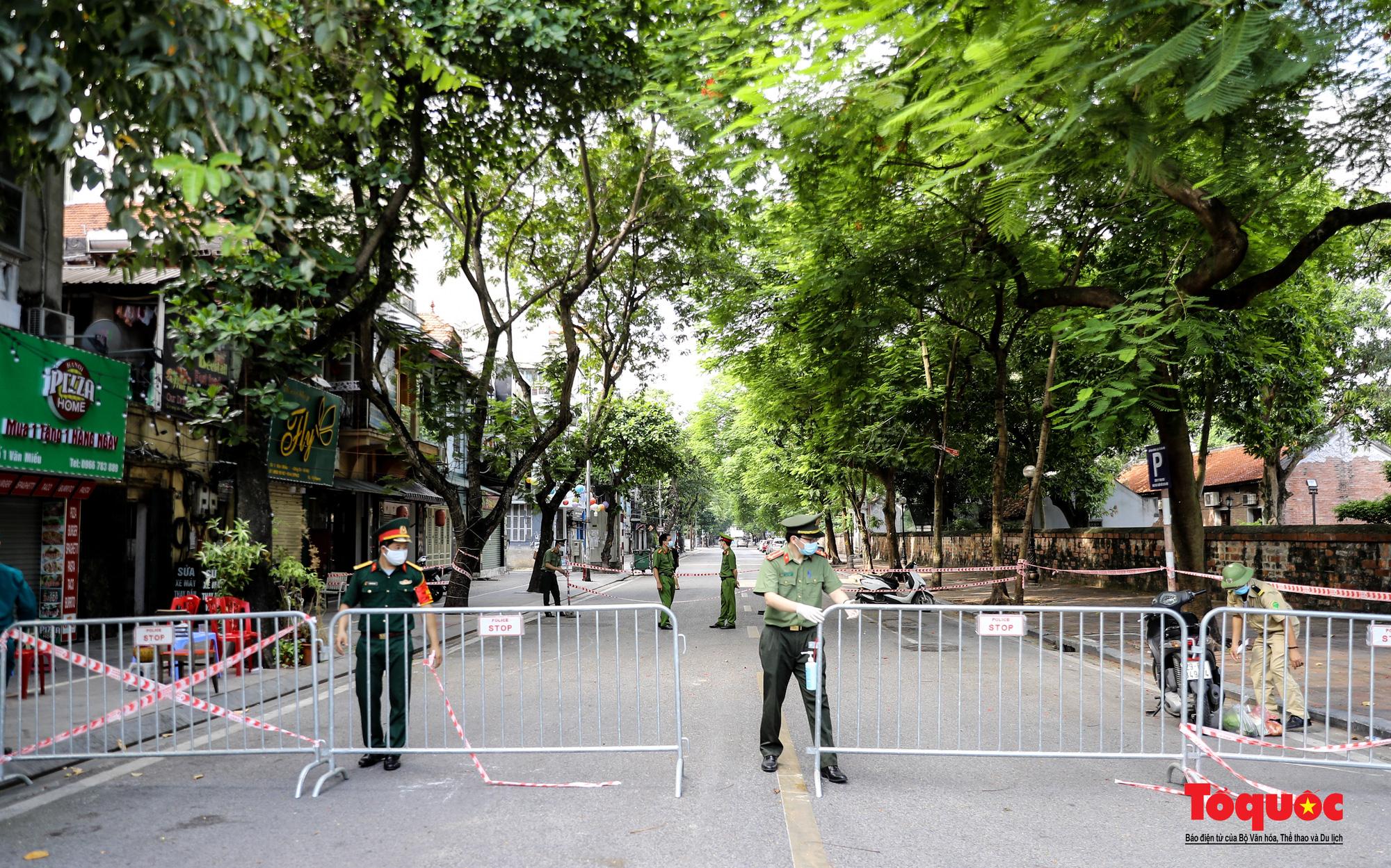 Hà Nội: Phong tỏa 2 phường Văn Miếu, Văn Chương, người dân xếp hàng tiếp tế cho khu cách ly - Ảnh 2.