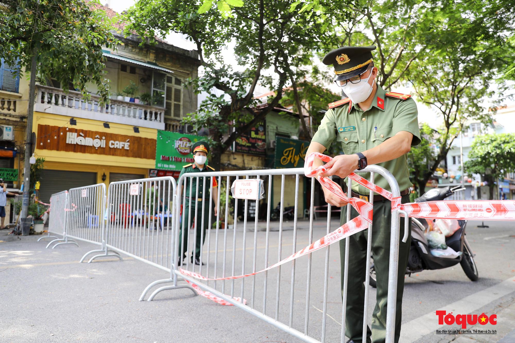 Hà Nội: Phong tỏa 2 phường Văn Miếu, Văn Chương, người dân xếp hàng tiếp tế cho khu cách ly - Ảnh 3.