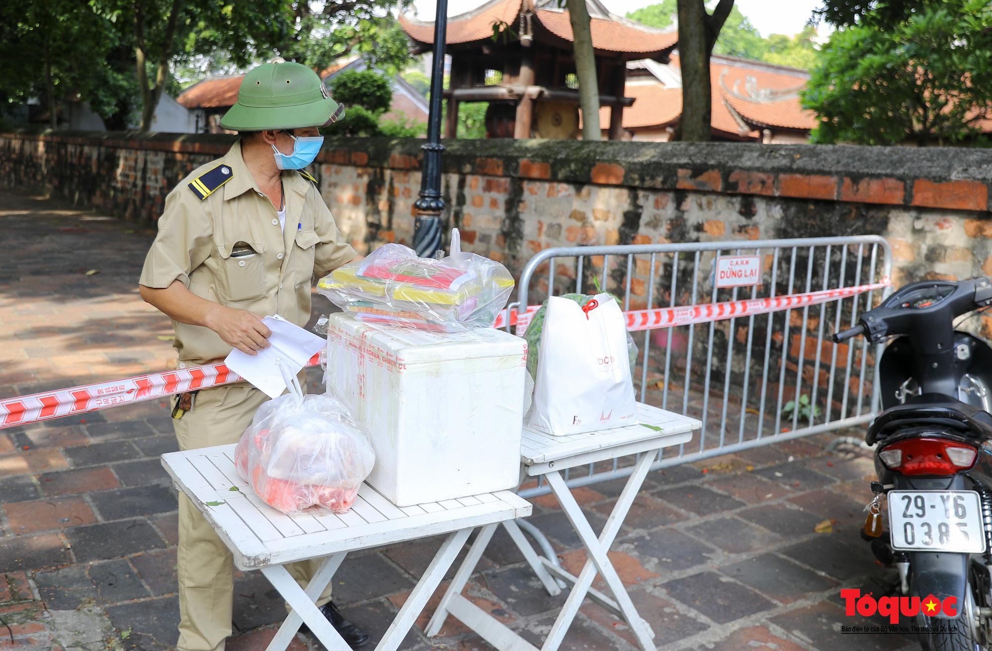 Hà Nội: Phong tỏa 2 phường Văn Miếu, Văn Chương, người dân xếp hàng tiếp tế cho khu cách ly - Ảnh 6.