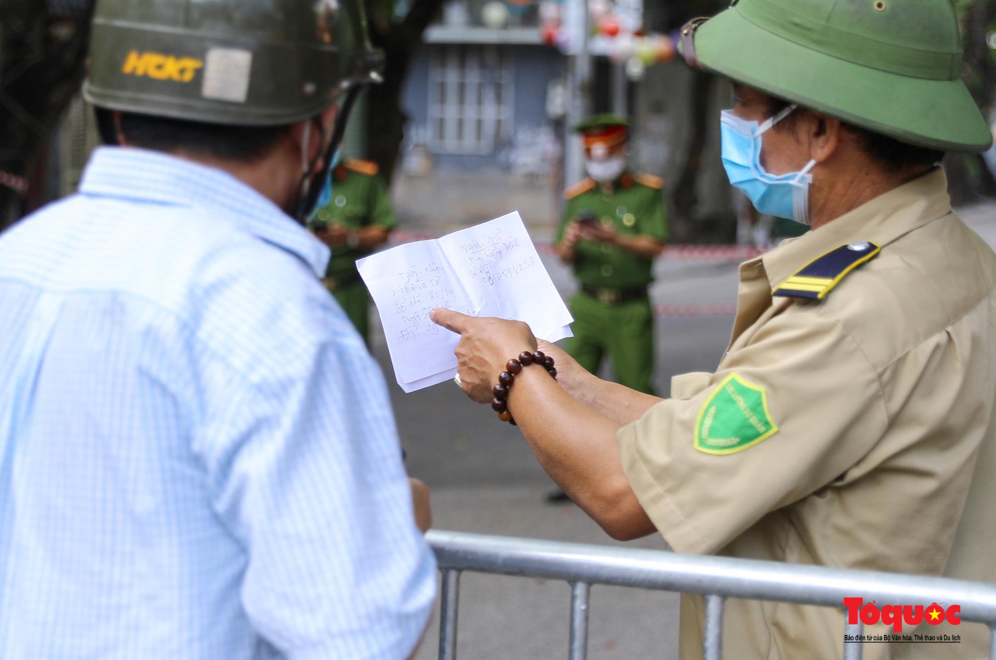 Hà Nội: Phong tỏa 2 phường Văn Miếu, Văn Chương, người dân xếp hàng tiếp tế cho khu cách ly - Ảnh 8.