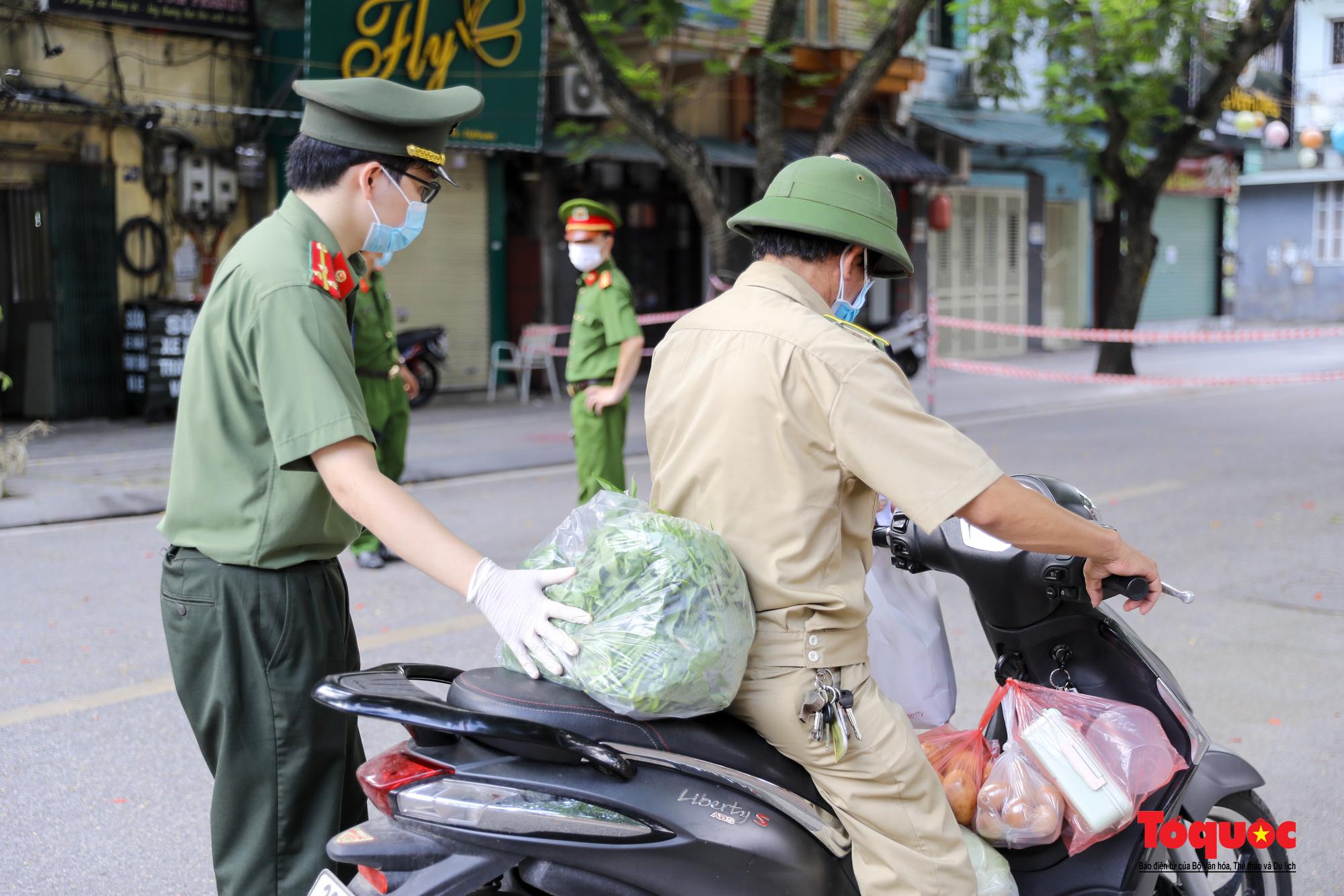 Hà Nội: Phong tỏa 2 phường Văn Miếu, Văn Chương, người dân xếp hàng tiếp tế cho khu cách ly - Ảnh 9.