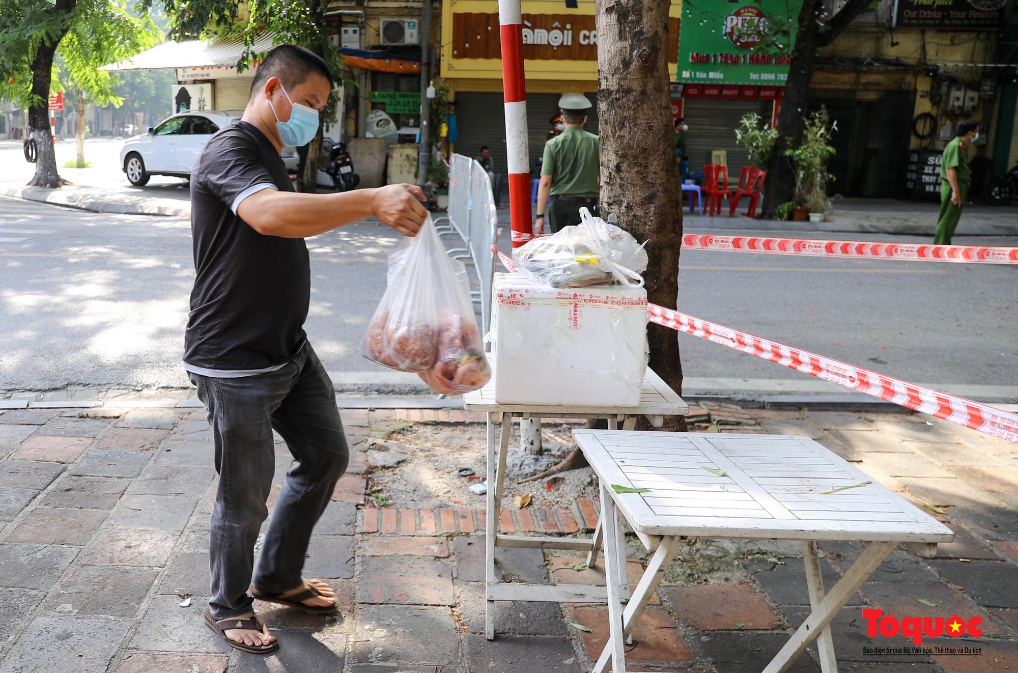 Hà Nội: Phong tỏa 2 phường Văn Miếu, Văn Chương, người dân xếp hàng tiếp tế cho khu cách ly - Ảnh 7.