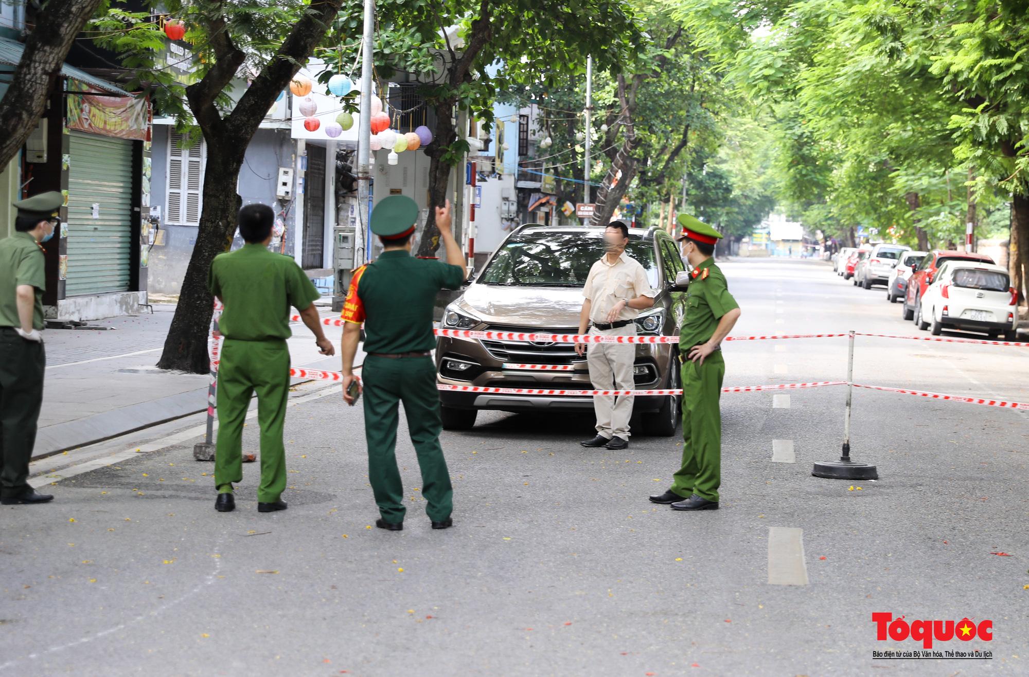 Hà Nội: Phong tỏa 2 phường Văn Miếu, Văn Chương, người dân xếp hàng tiếp tế cho khu cách ly - Ảnh 15.