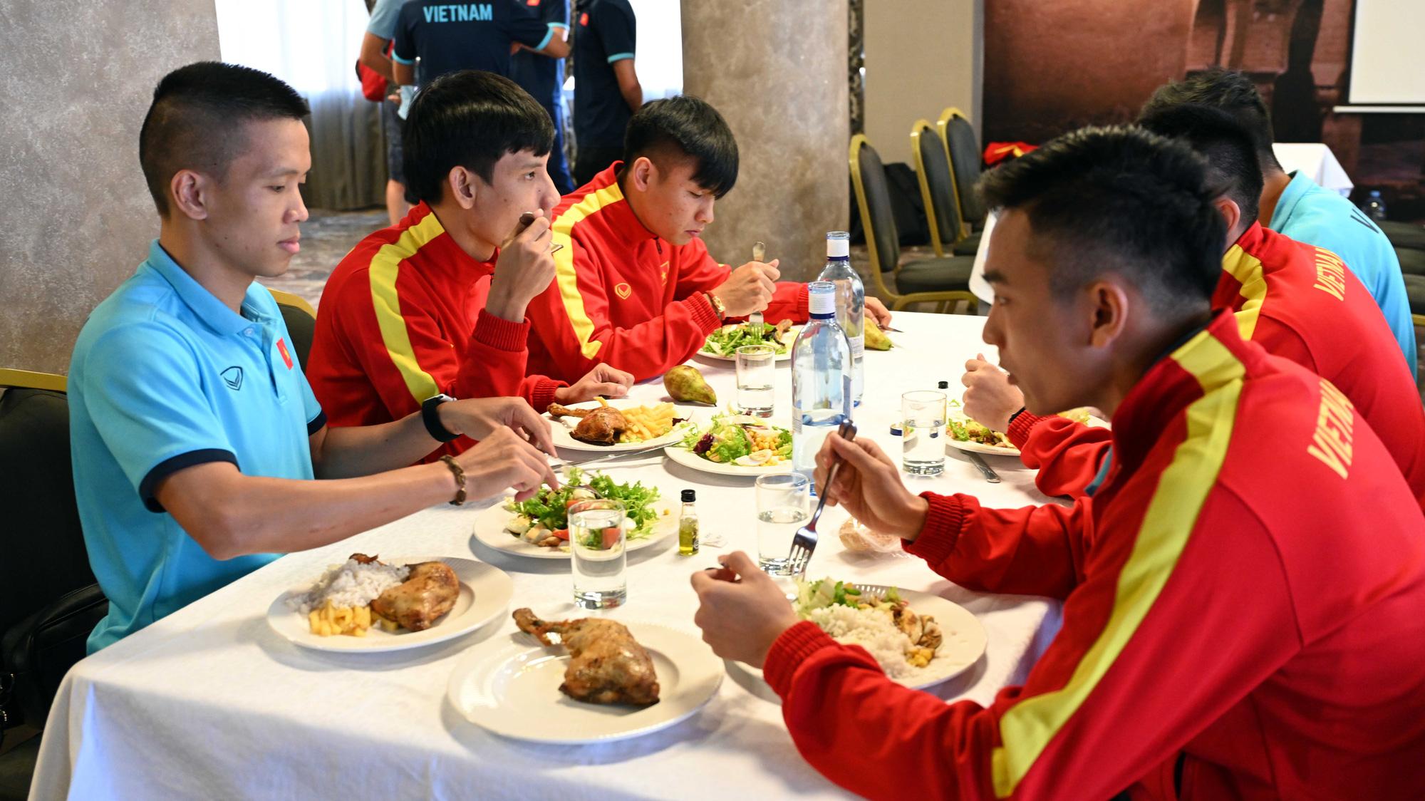 Đội tuyển futsal Việt Nam trong buổi tập đầu tiên tại Tây Ban Nha - Ảnh 3.